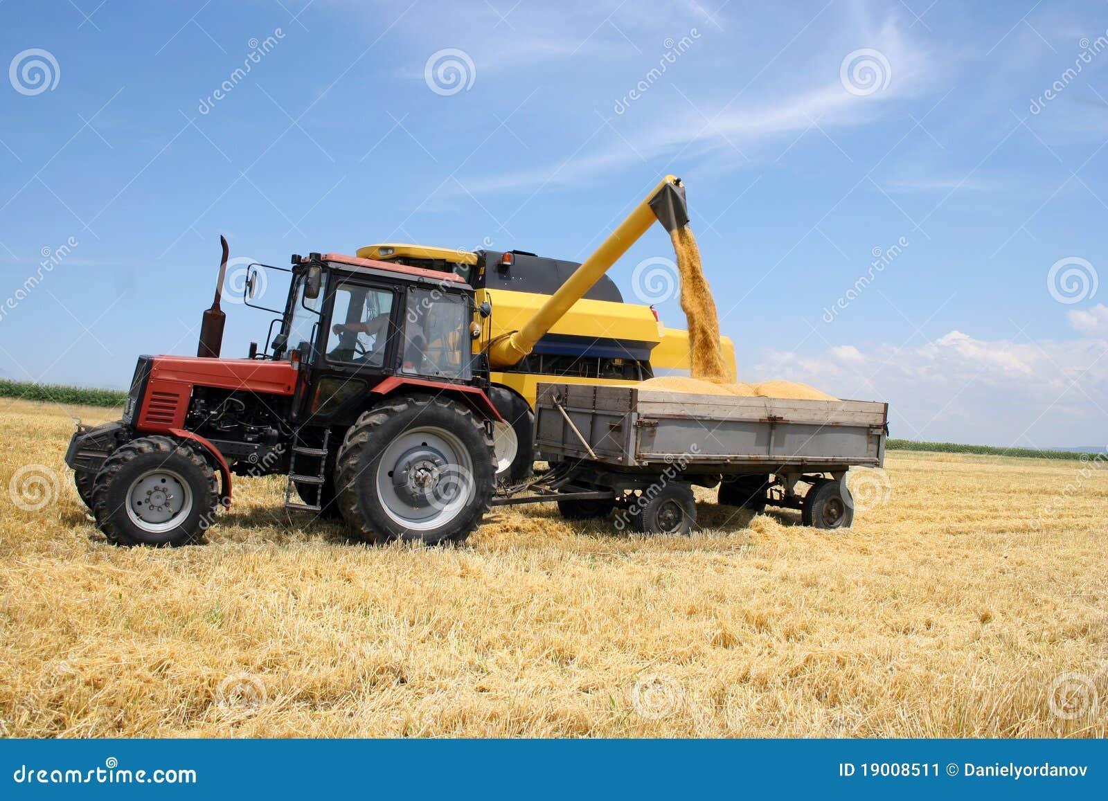 De tractor en combineert