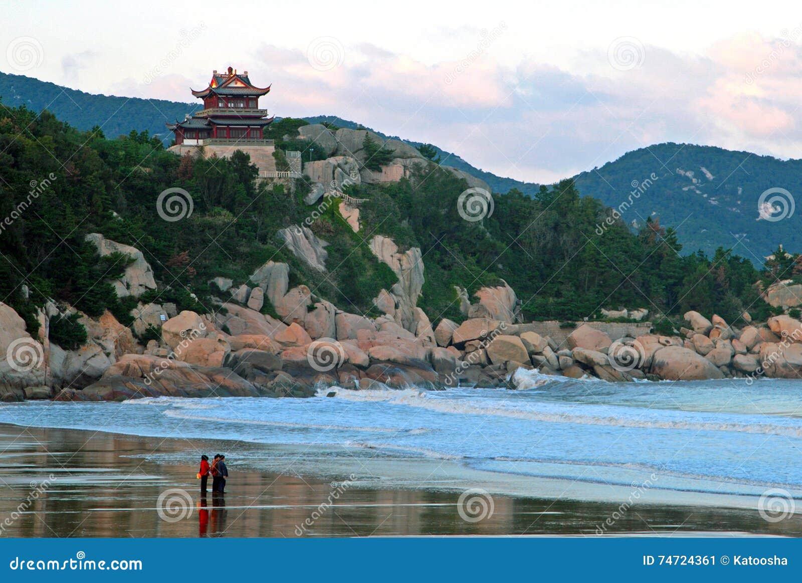 De traditionele Chinese bouw op klip van de kust van het Oosten C
