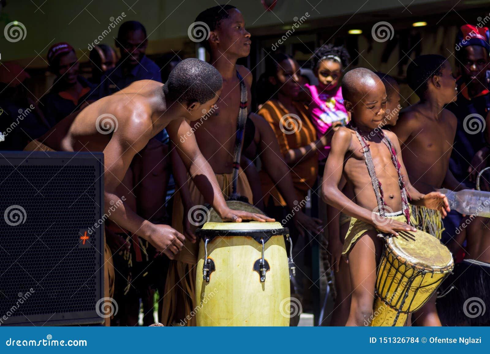 De Traditionele Dansers die van Botswana in Publiek dansen