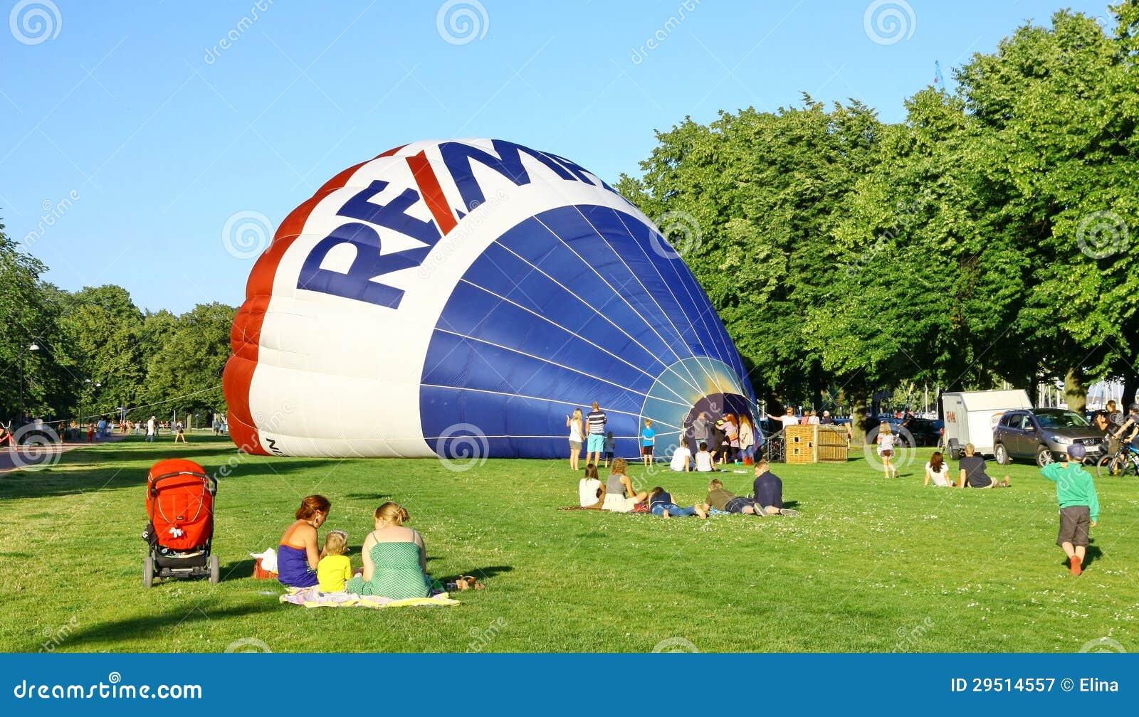 De traditionele lancering van de hete luchtballon