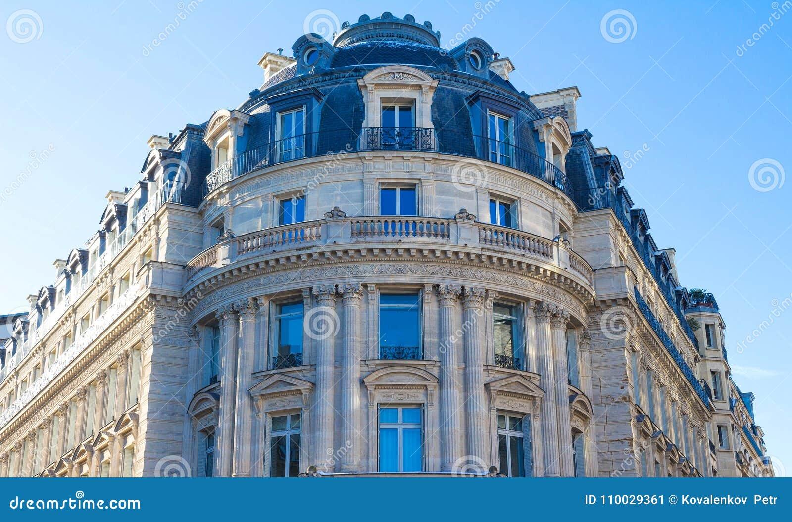 De traditionele voorgevel van de Parijse bouw, Frankrijk