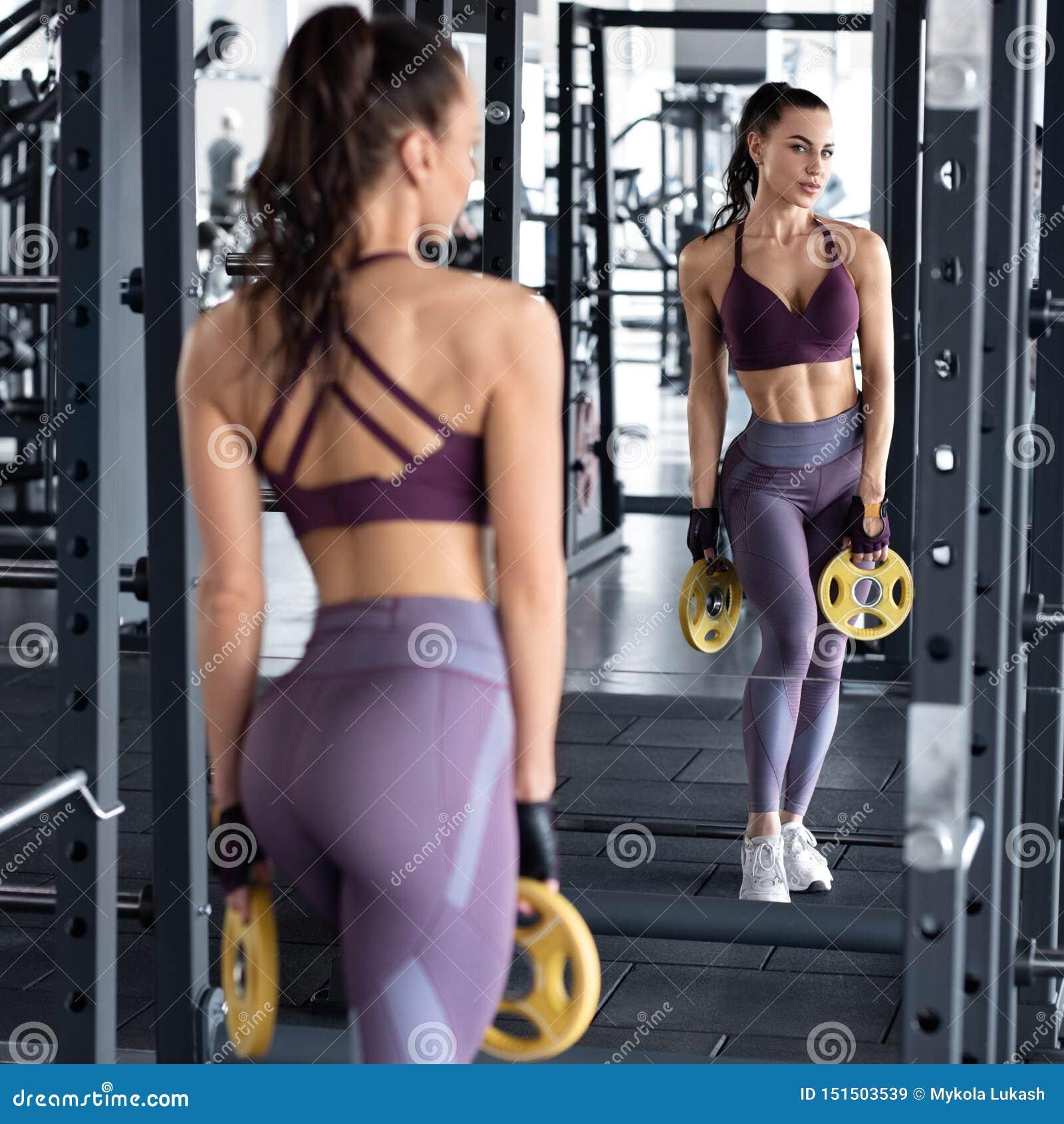 De training van de geschiktheidsvrouw in gymnastiek, slank taille Atletisch meisje die oefening doen Mooi uiteinde in beenkappen