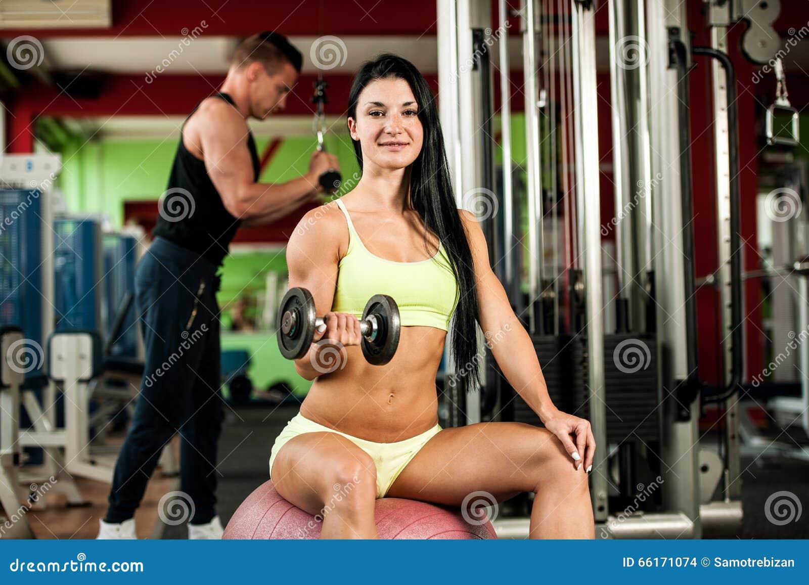 De training van het geschiktheidspaar - geschikte man en vrouwentrein in gymnastiek