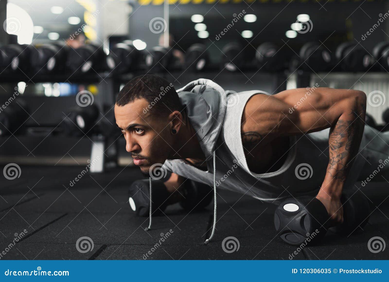 De training van de jonge mensengeschiktheid, duw UPS of plank
