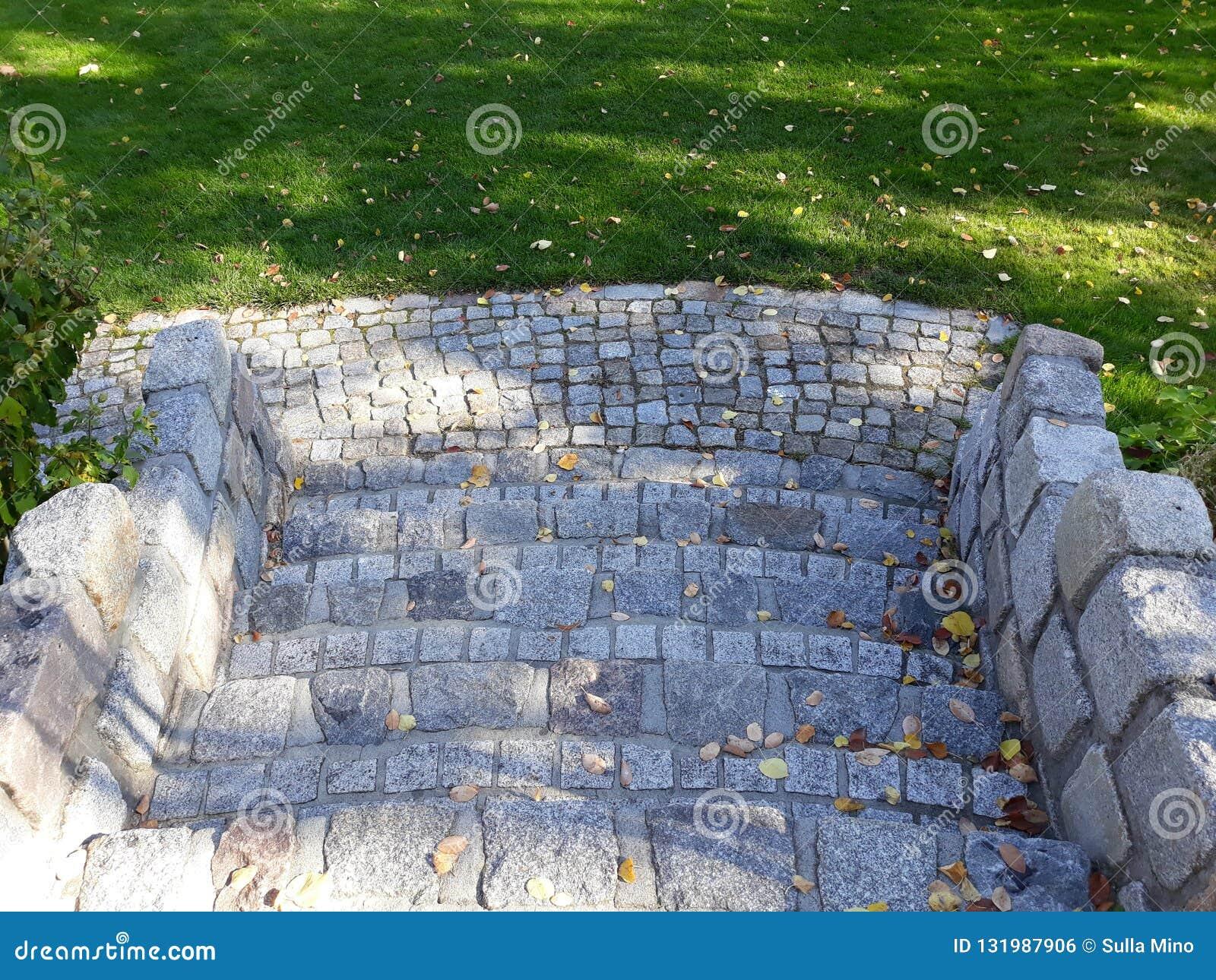 De trap van de assteen aan de tuin van het huis stock foto