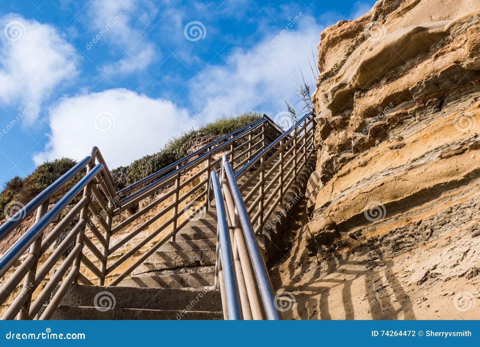 De trap van de strandtoegang naar omhoog met klip