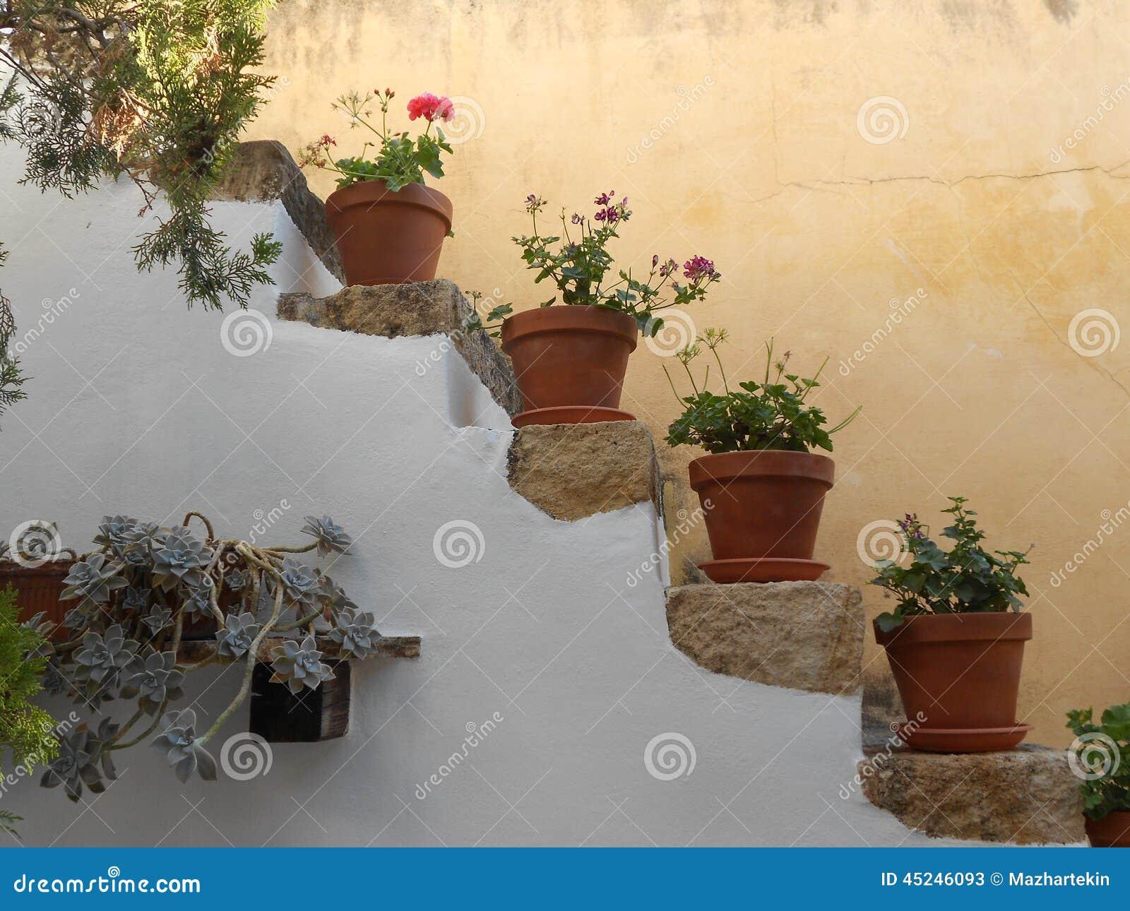 De trap van rhodos die met bloemen wordt versierd stock afbeelding
