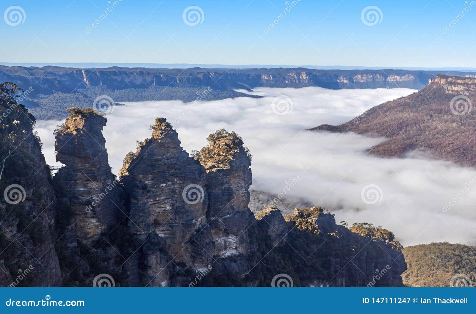 De tre systrarna ovanför dimma på de blåa bergen Australien