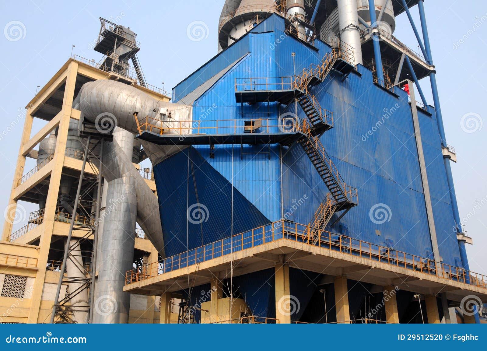 De treden van het metaal buiten een reusachtige stofcollector met