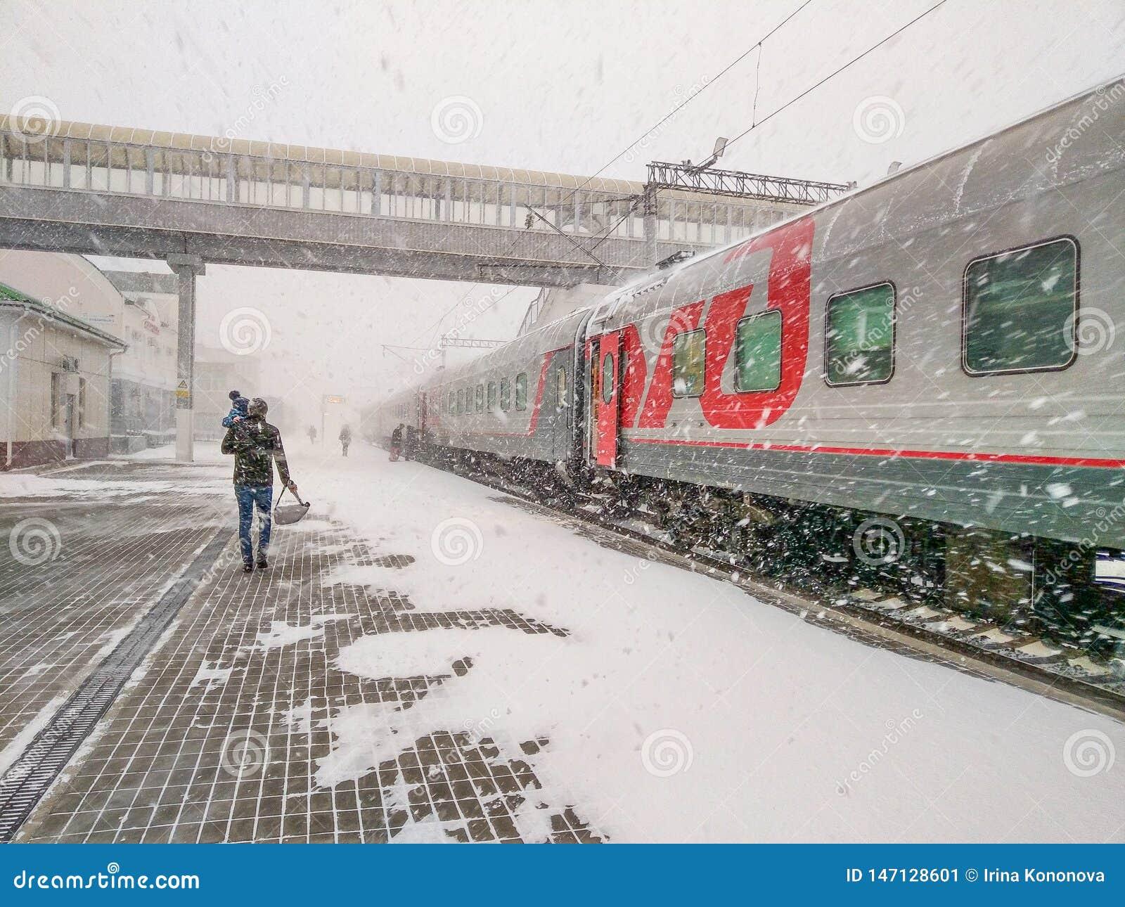 De trein Moskou-Vladivostok is bij de post Een mens met een kind landt