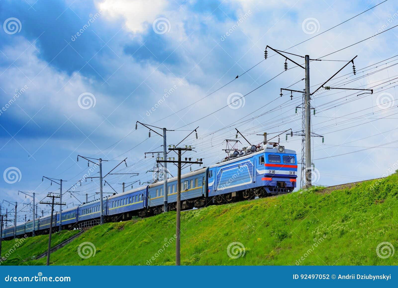 De trein reist naar een vergadering van de streek met grijze wolken