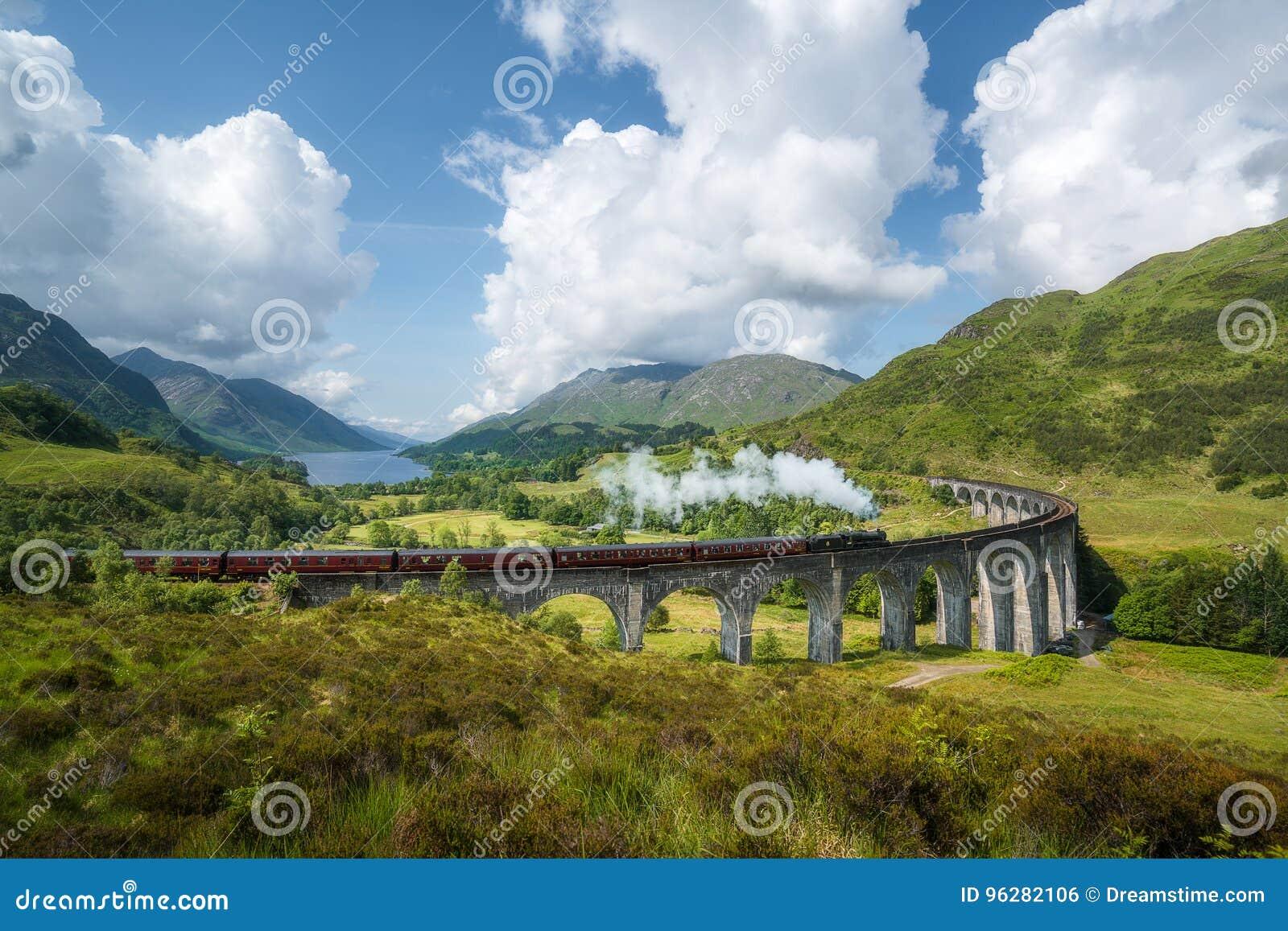 De trein van de Jacobitestoom, a K A Uitdrukkelijke Hogwarts, het viaduct van passenglenfinnan