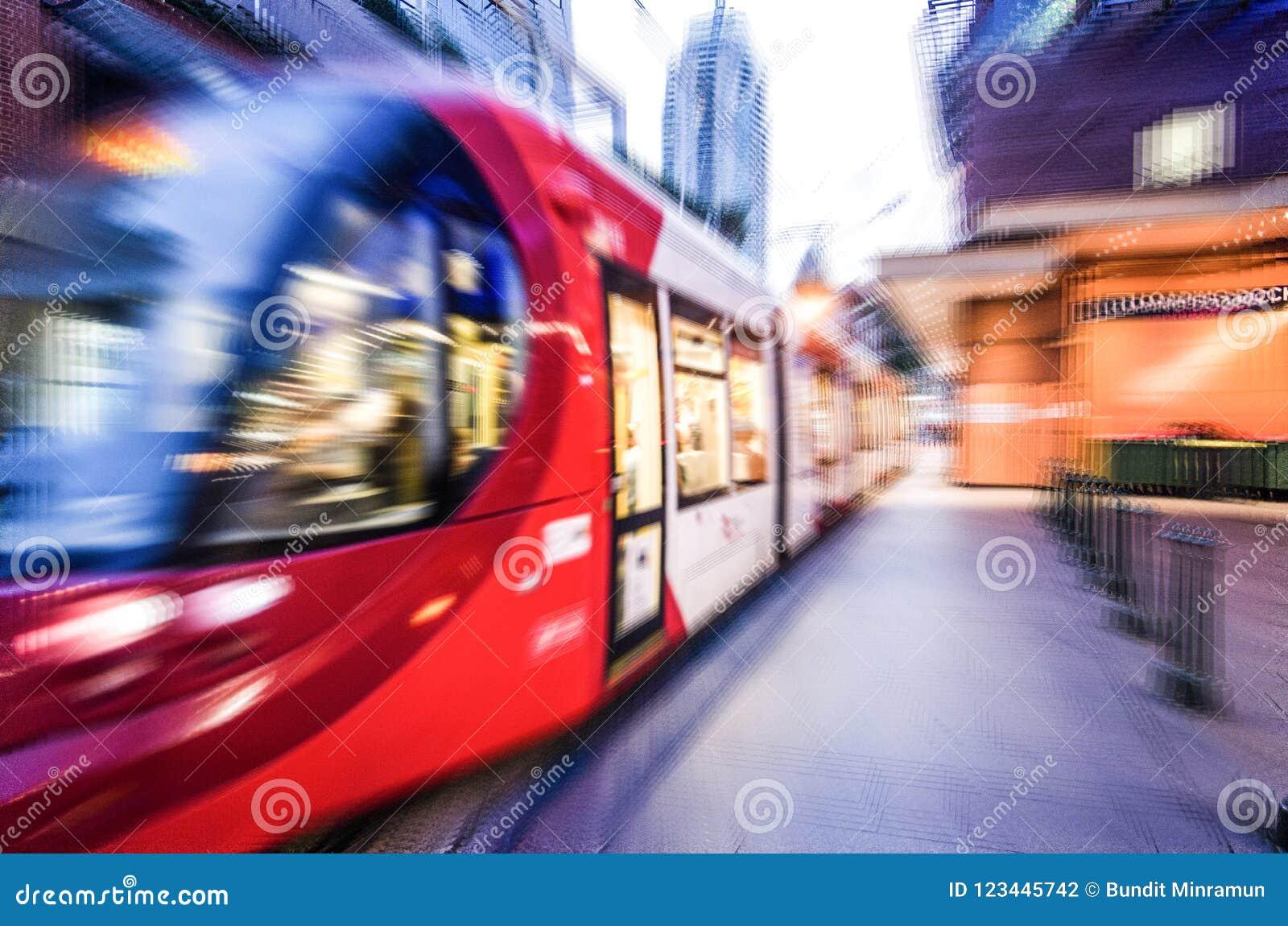 De trein van het rood lichtspoor in dichte omhooggaand, beeld in gezoem-onduidelijk beeld effect voor achtergrond