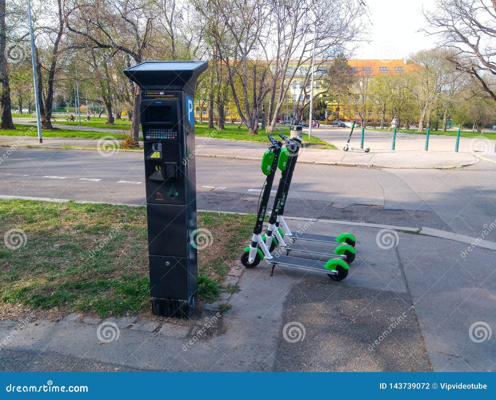 De tribune van Eletroautopedden dichtbij de parkerenmachine