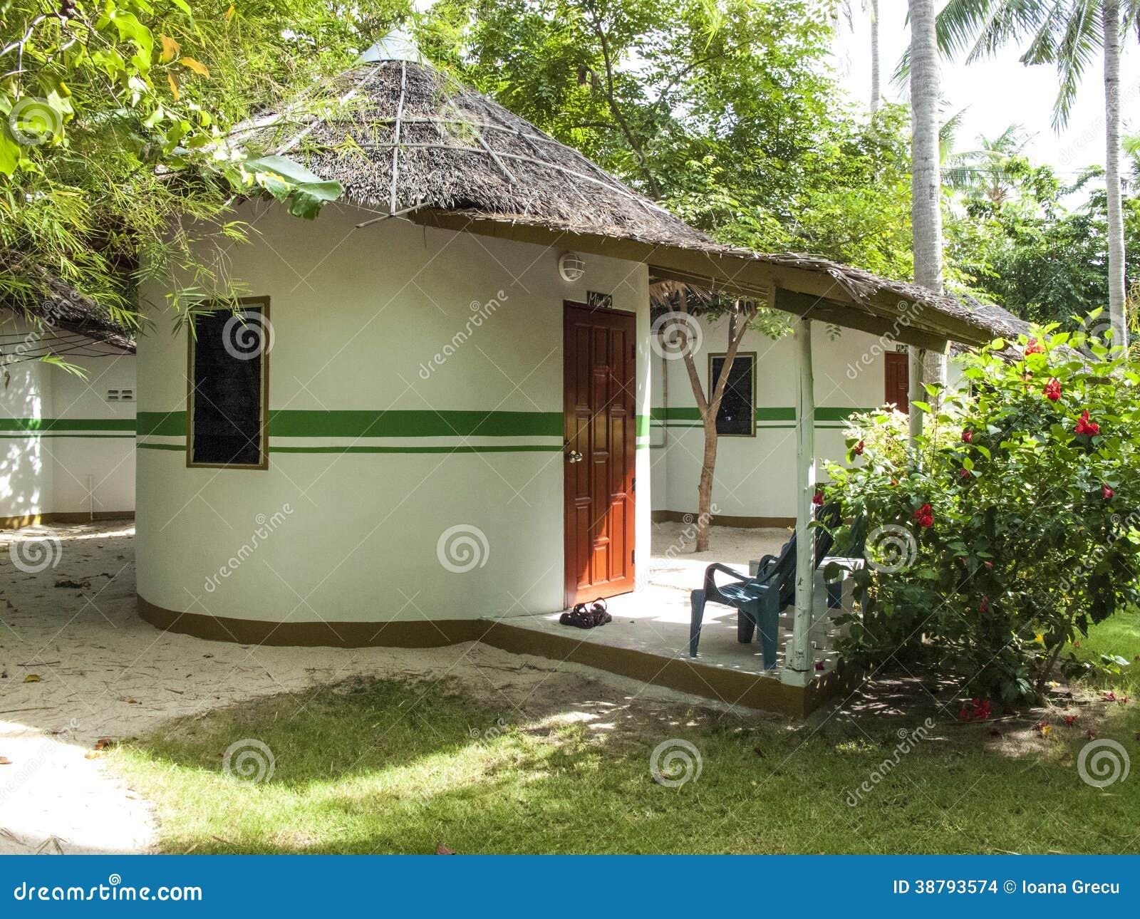 De tropische bungalowwen met met stro bedekken daken