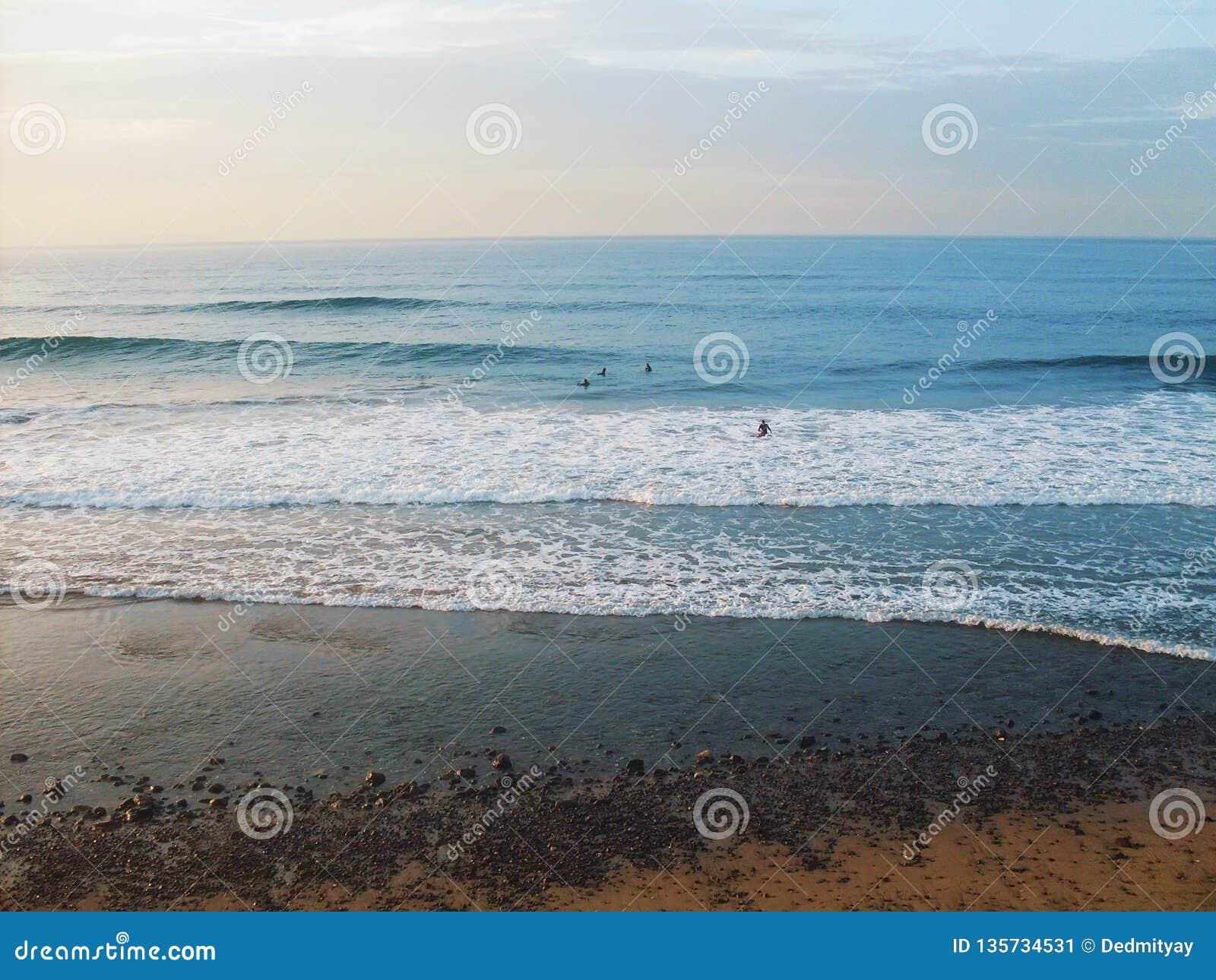 De tropische overzeese golven van het zandstrand en Caraïbisch zeegezicht, rustige en ontspannende de reisachtergrond van de de z