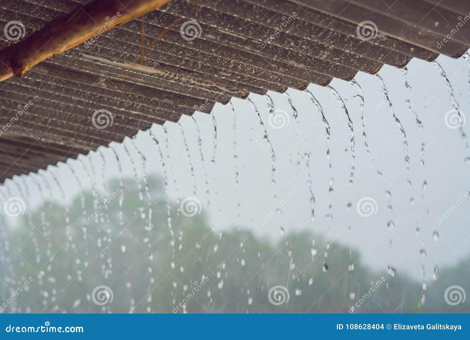De tropische regen splitst van het dak op