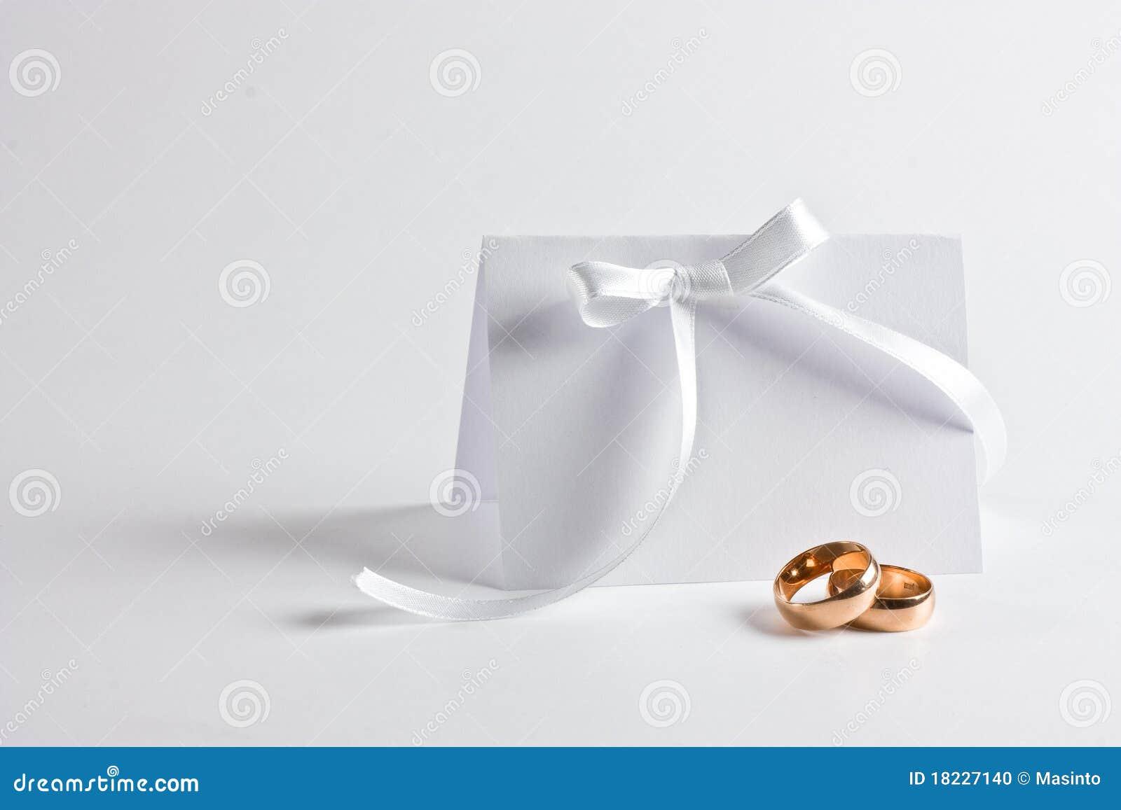 De trouwringen en nodigen uit