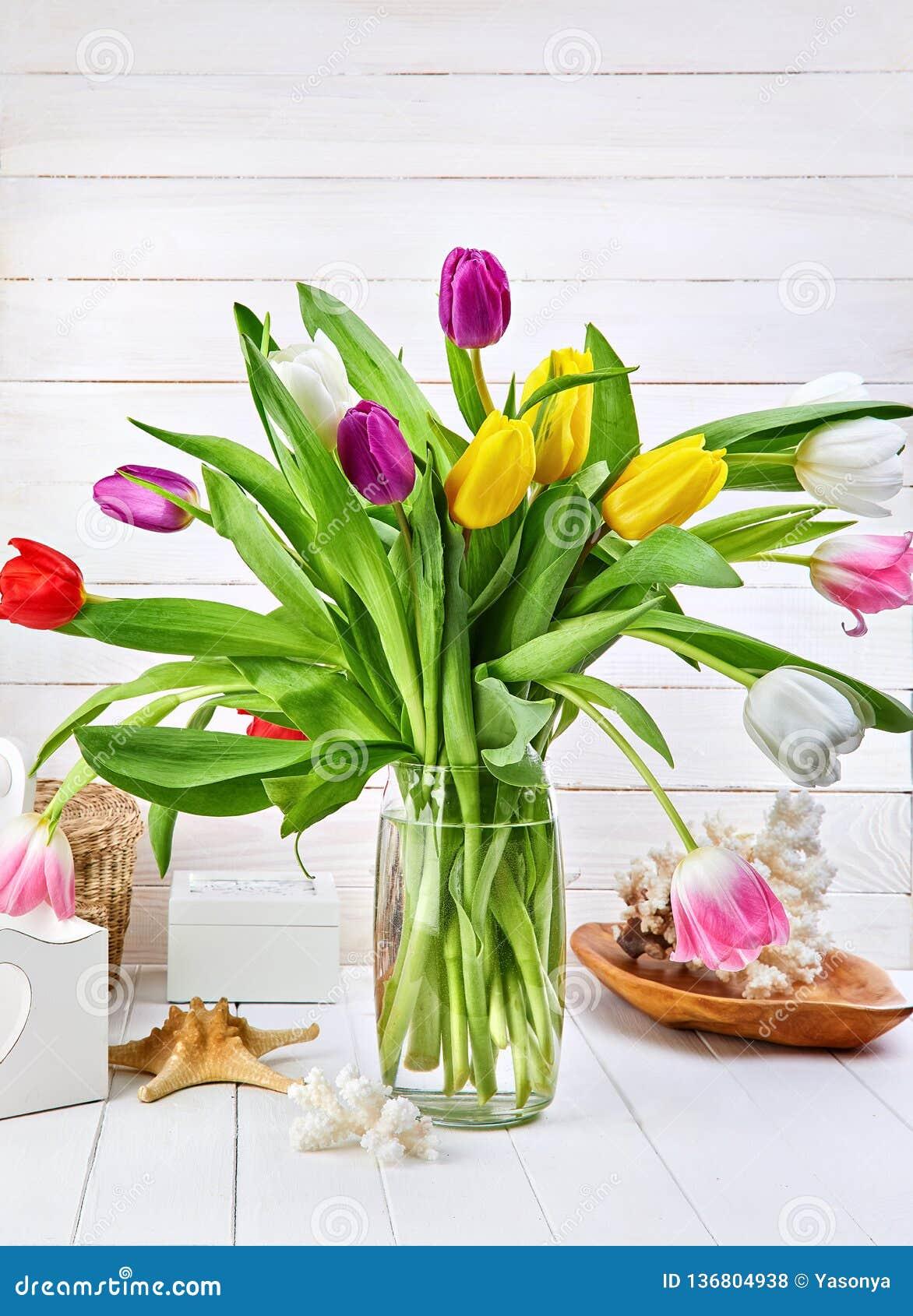 De tulpen van de boeketlente op witte houten raad