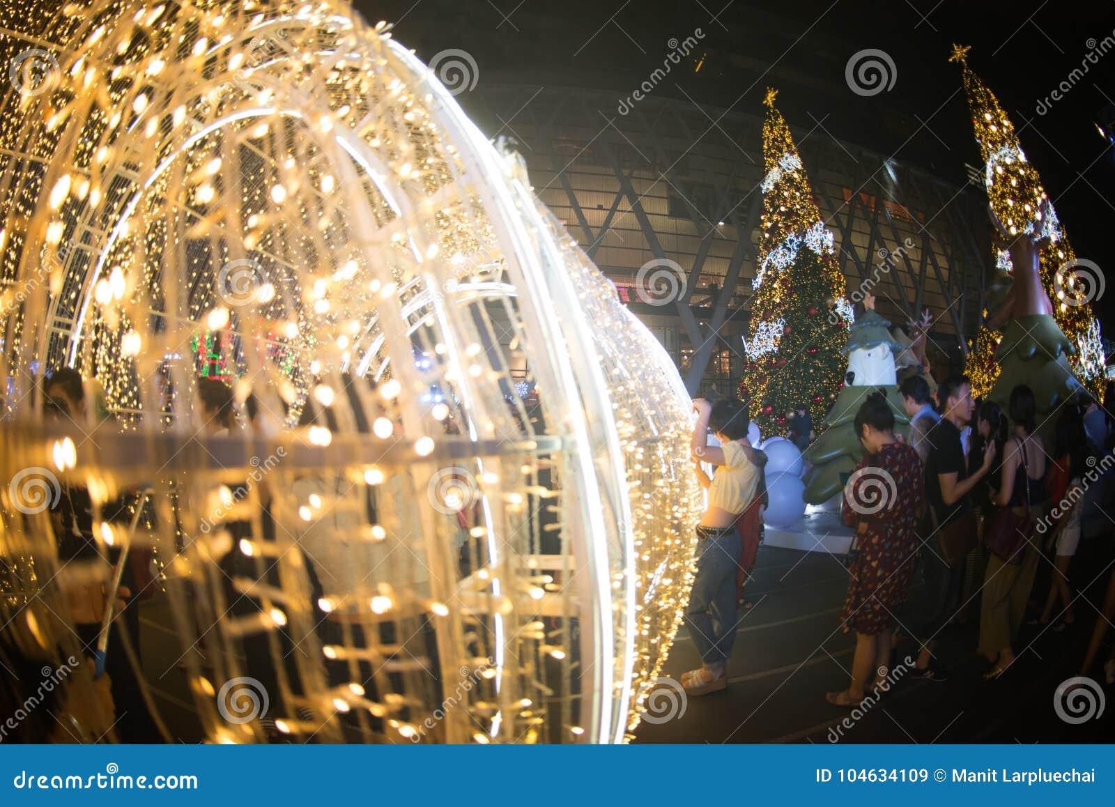 Download De Tunnel Van Licht Verfraait Mooi Op Kerstboomviering Redactionele Stock Afbeelding - Afbeelding bestaande uit viering, geluk: 104634109