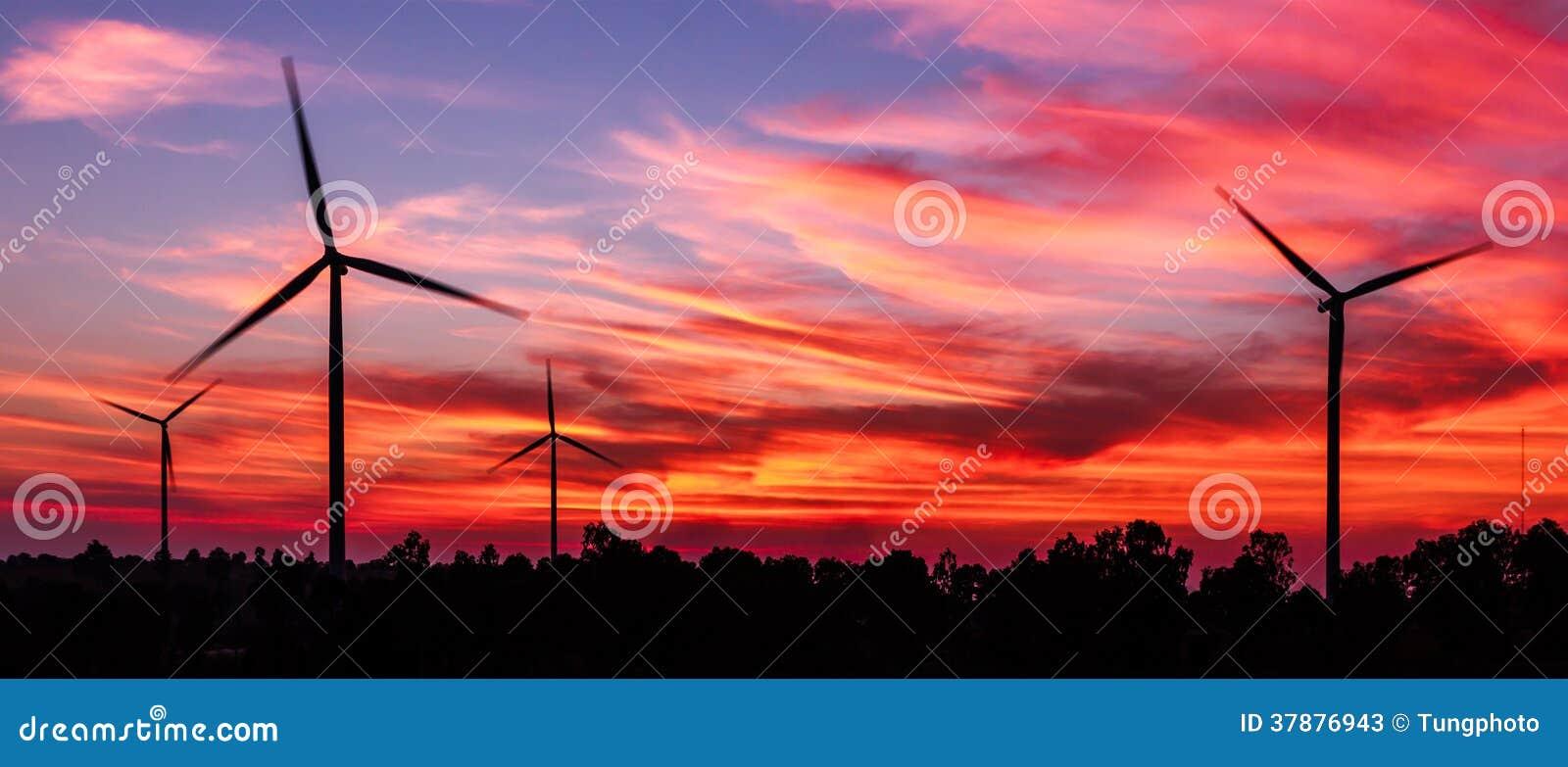 De turbine van de silhouetwind met schemer