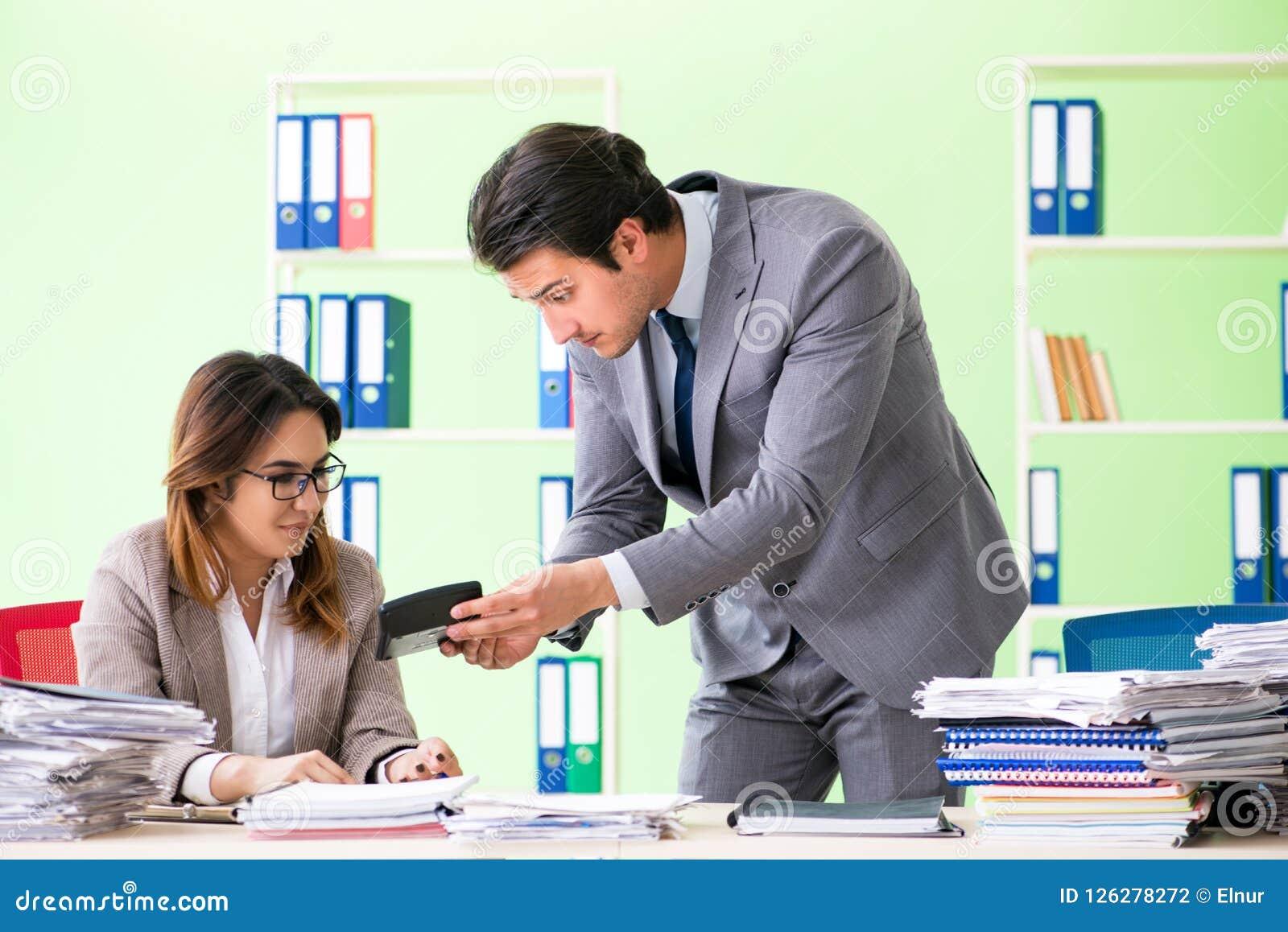 De två finansiella specialisterna som arbetar i kontoret