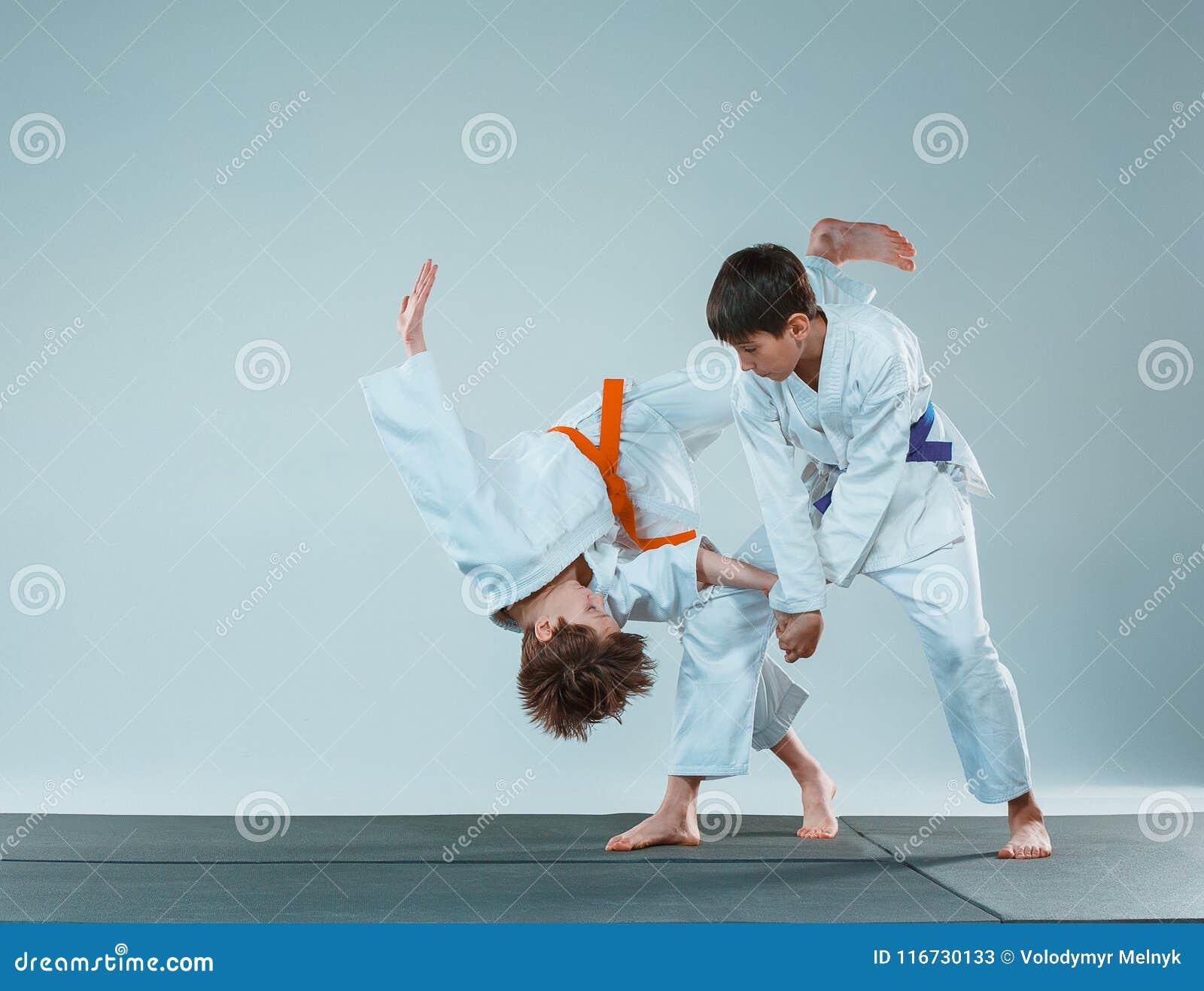 De två pojkarna som slåss på Aikidoutbildning i kampsportskola Sund livsstil och sportbegrepp