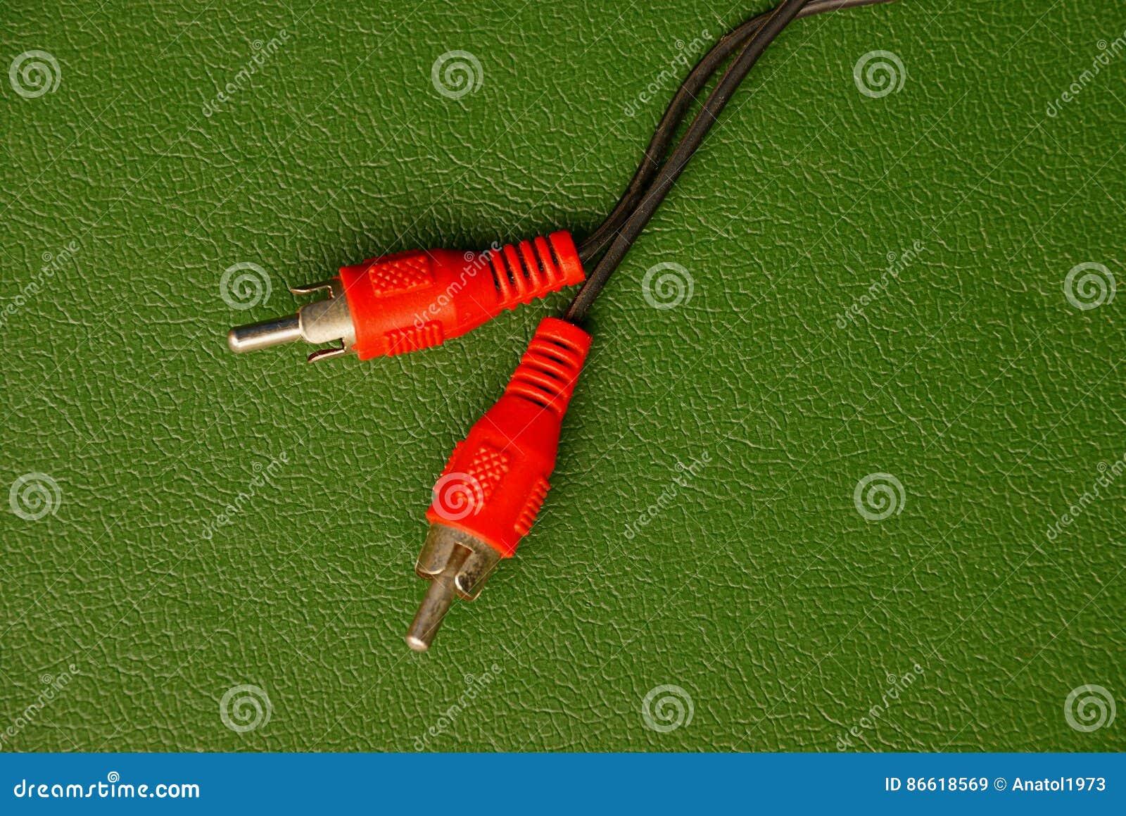 De två trådarna från proppen på den gröna bakgrunden