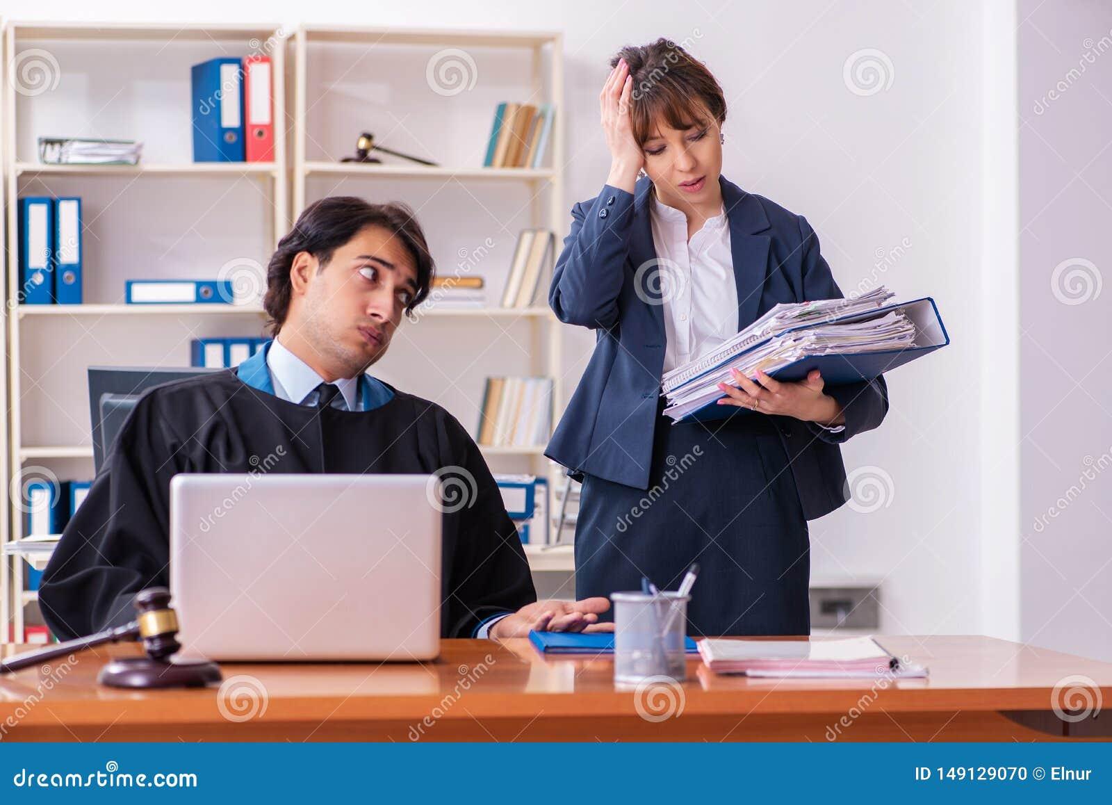 De tv? advokaterna som arbetar i kontoret