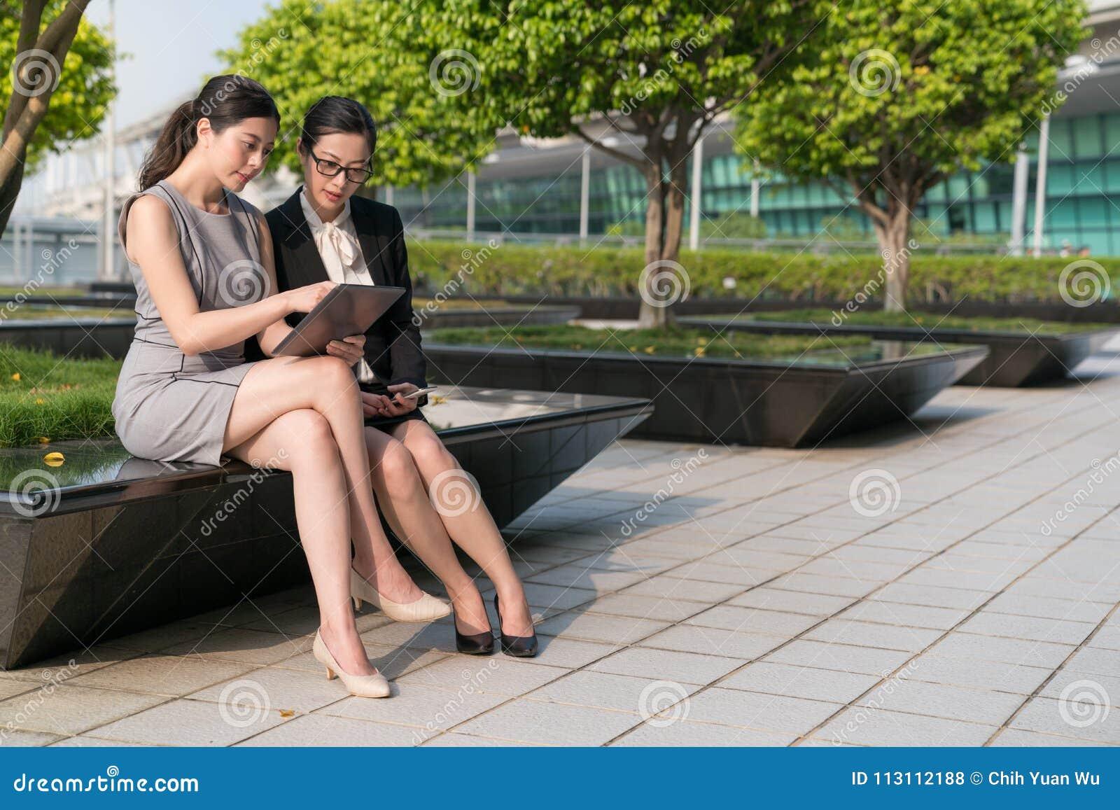 De twee Bureaudame zit samen