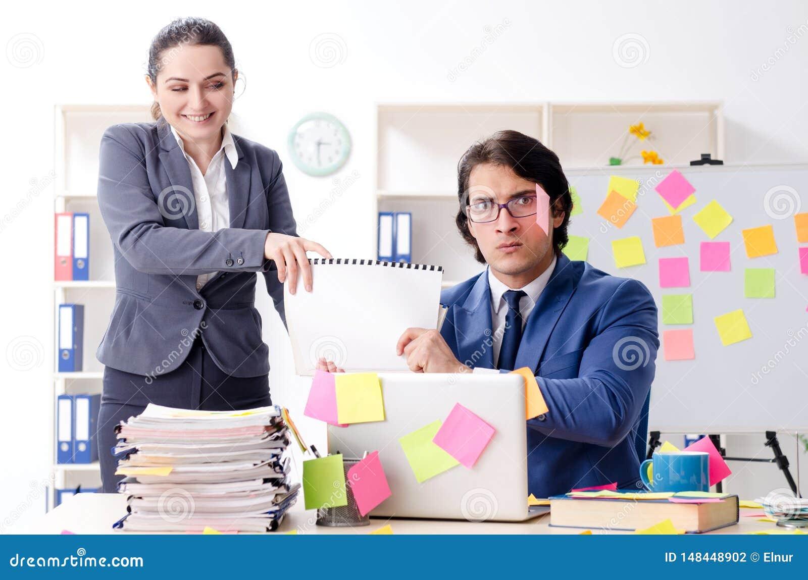 De twee collega swerknemers die in het bureau werken