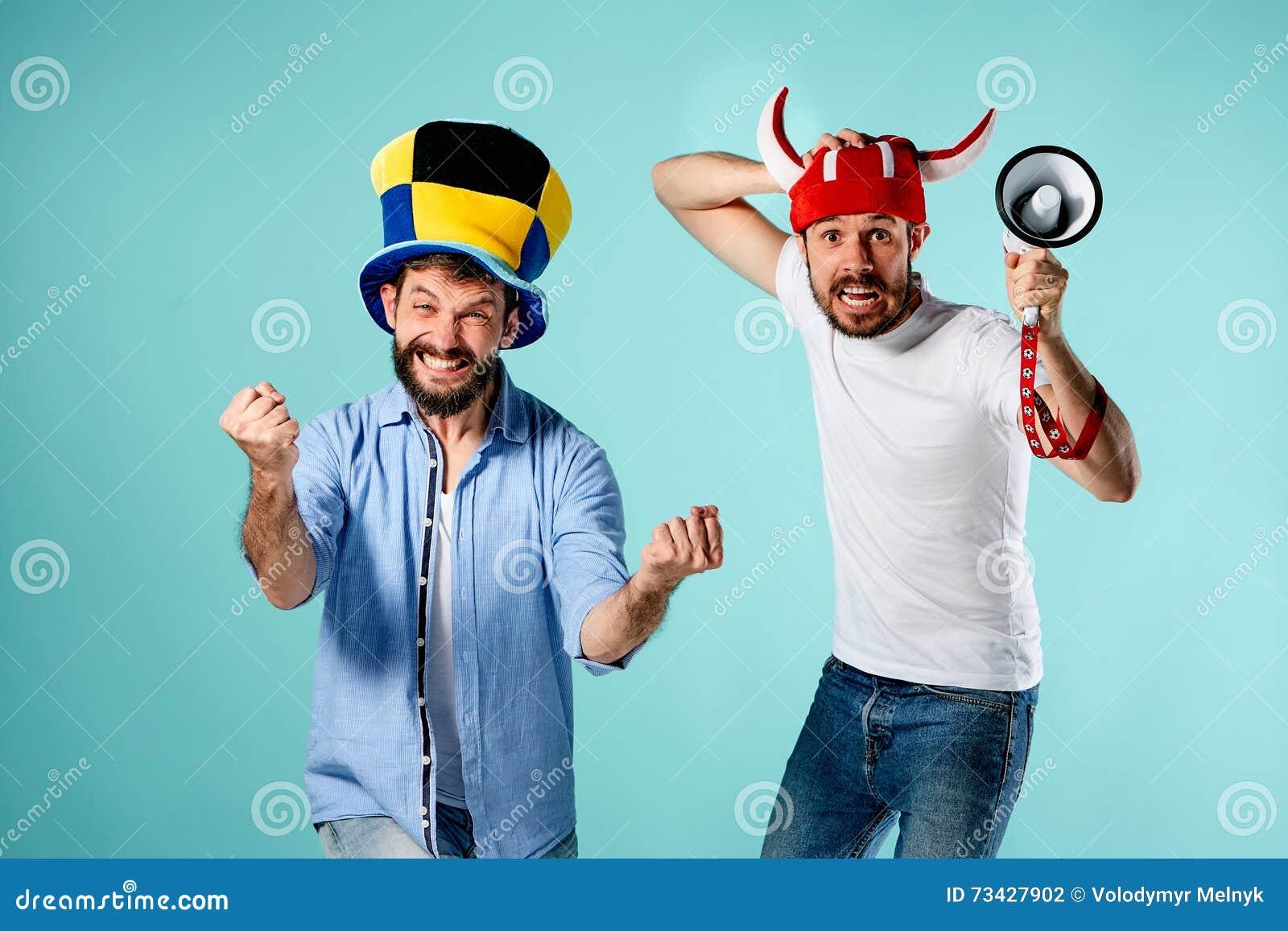De twee voetbalventilators met mondstuk over blauw