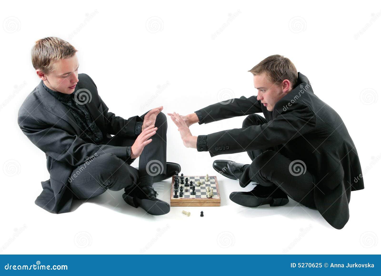 De tweelingen spelen een schaak