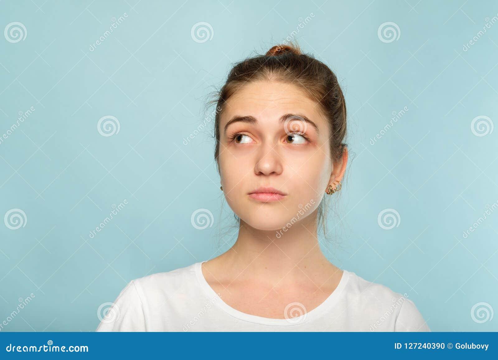 De twijfelachtige dubieuze nadenkende vrouw van het emotiegezicht