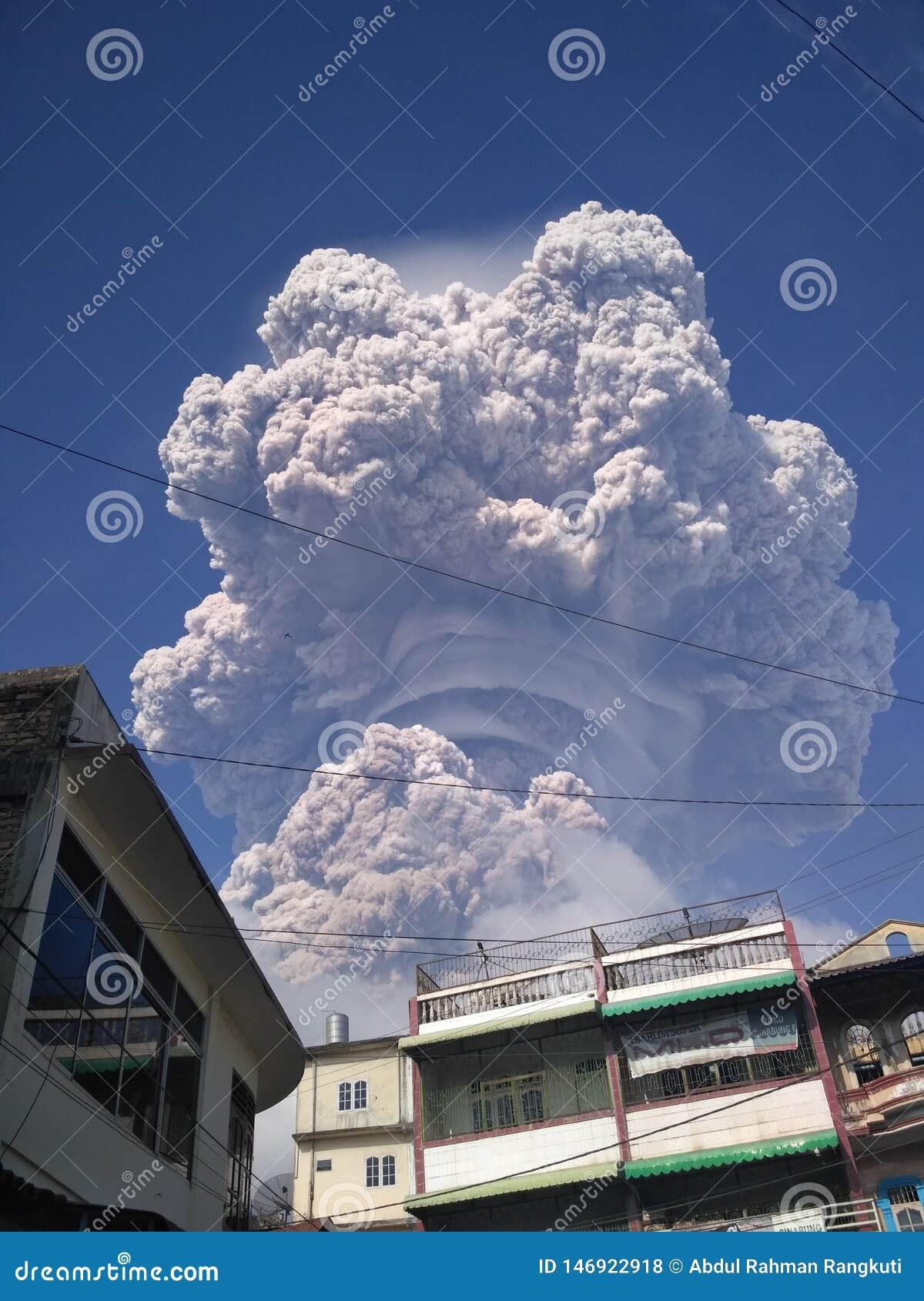 De uitbarsting van Sinabung zet op