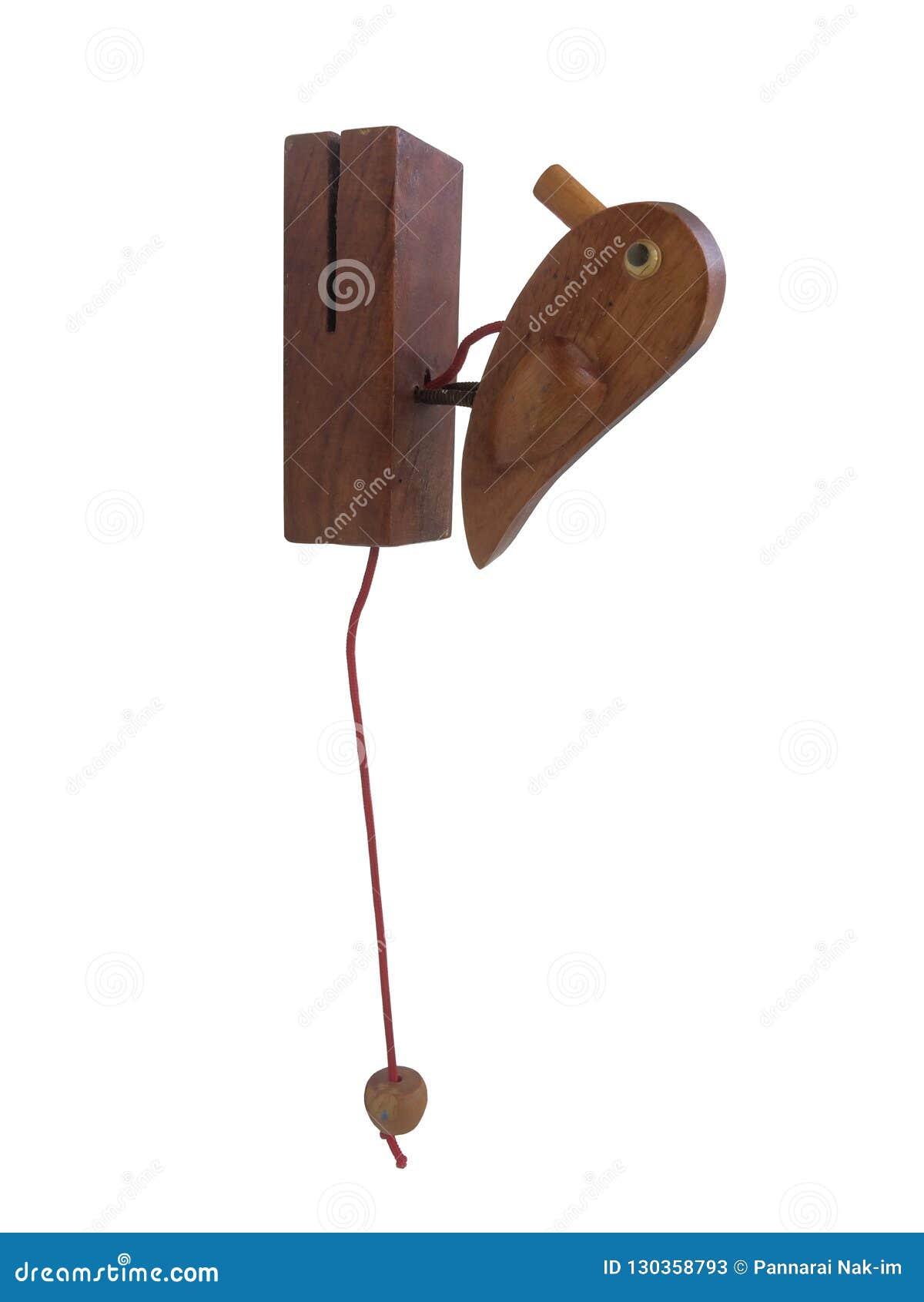De uitstekende die slag van de vogeldeur van houten wordt gemaakt geïsoleerd op witte achtergrond