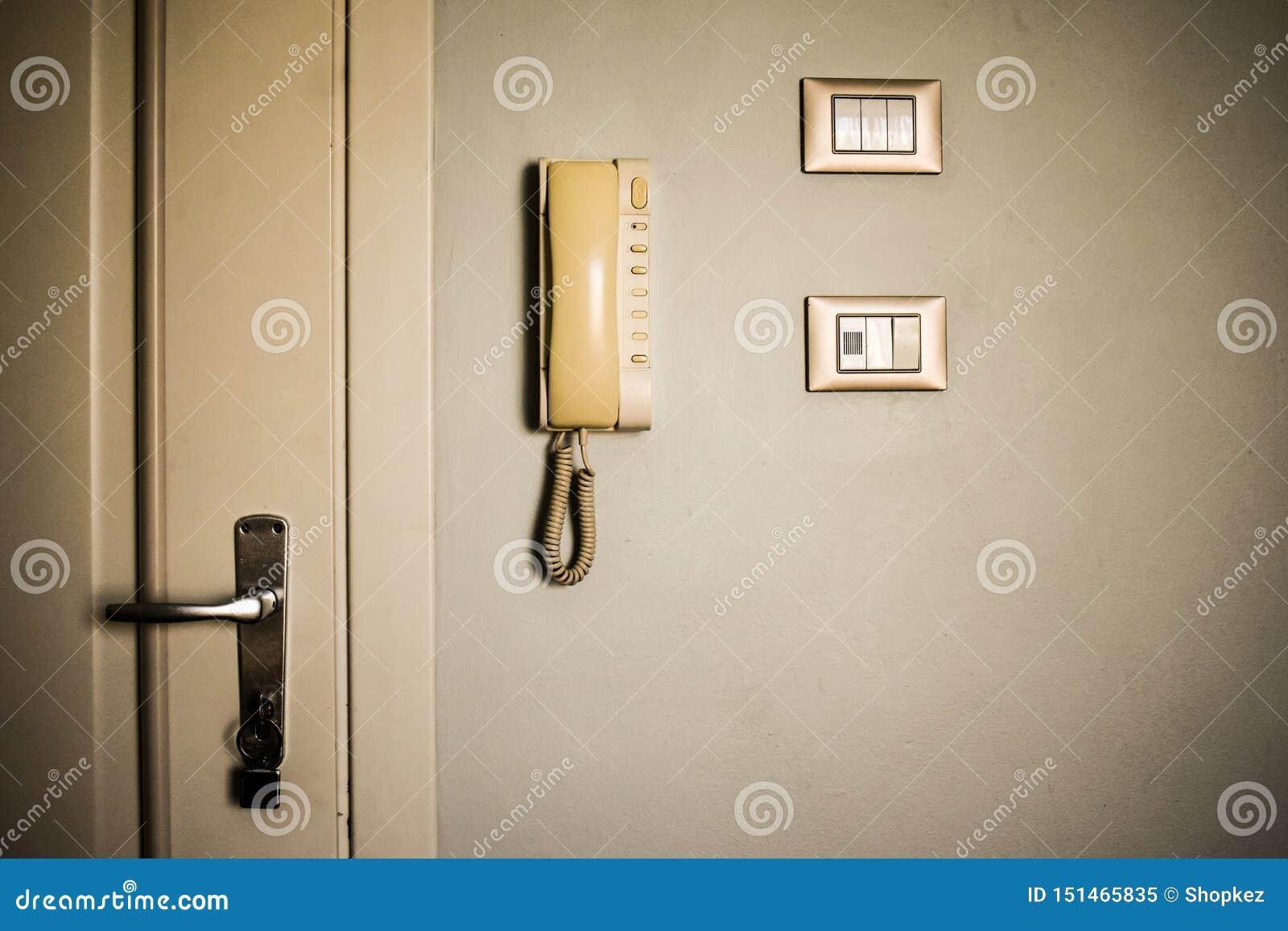 De uitstekende faciliteiten van de hotelruimte Oude schakelaars en antieke telefoon op de witte muur