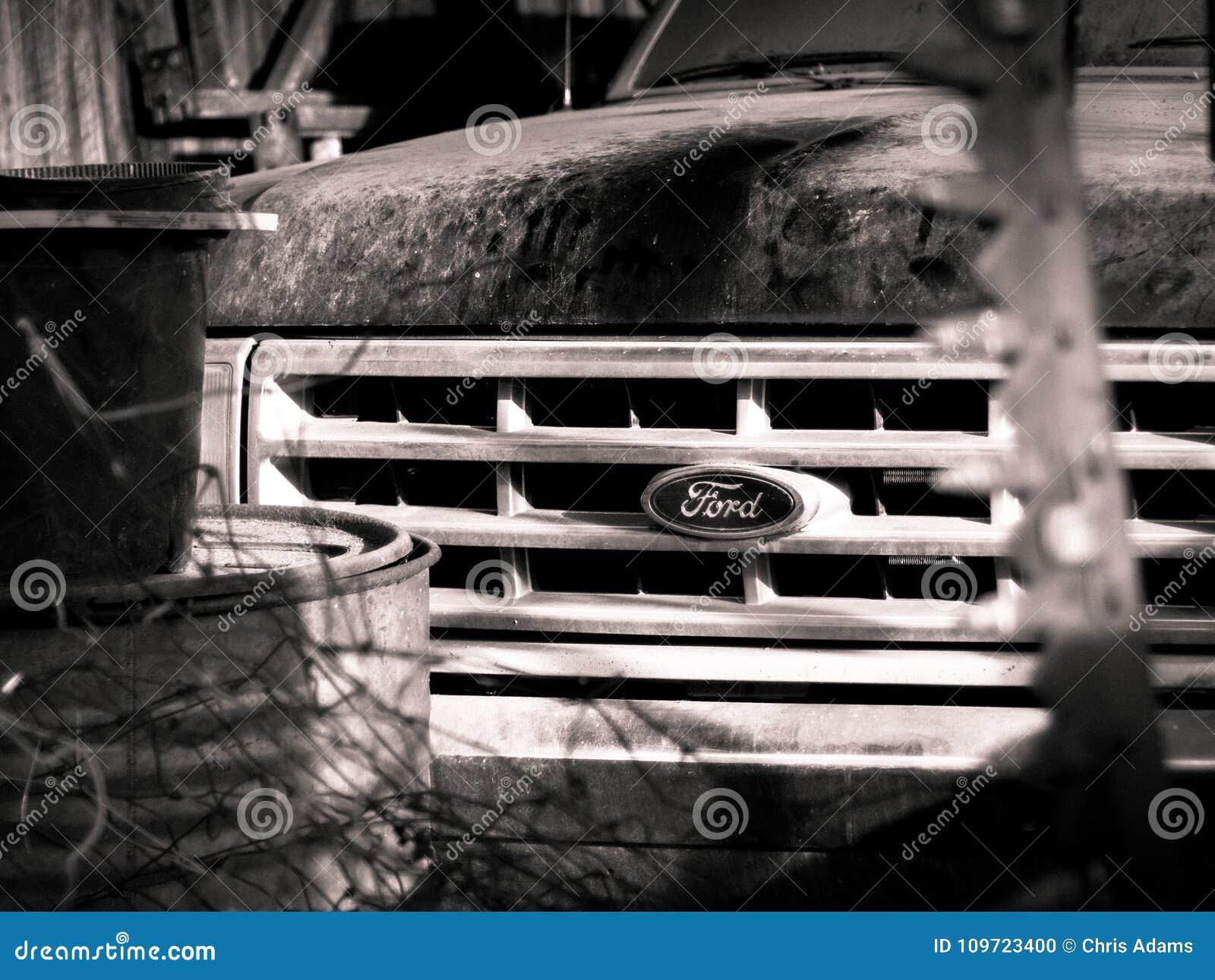 De uitstekende Ford-vrachtwagen zit in een schuur