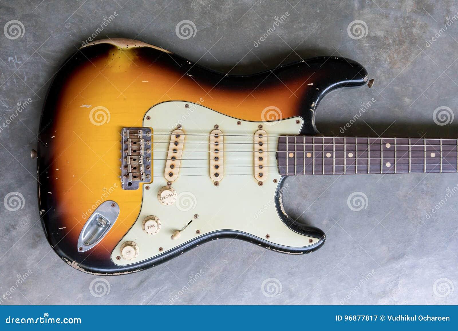 De uitstekende gitaar van het zonnestraal dubbele schema