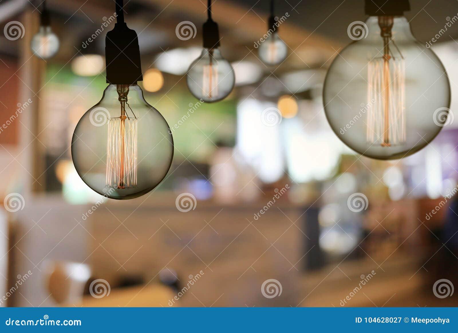 Download De Uitstekende Lamp Of De Moderne Gloeilamp Hangt Op Plafond In Restaur Stock Afbeelding - Afbeelding bestaande uit art, metaal: 104628027
