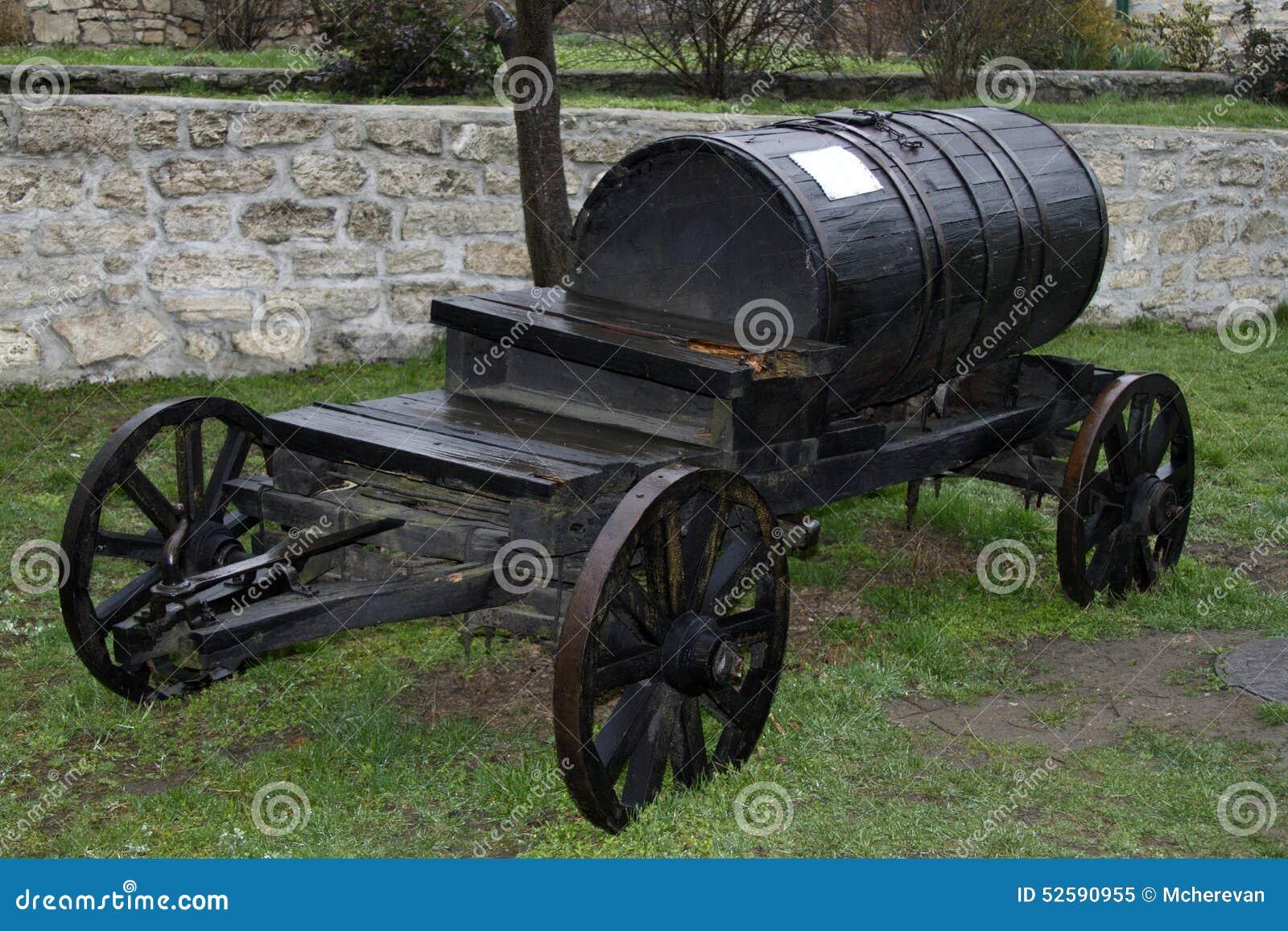 De uitstekende zwarte vatwagen vervoerden water