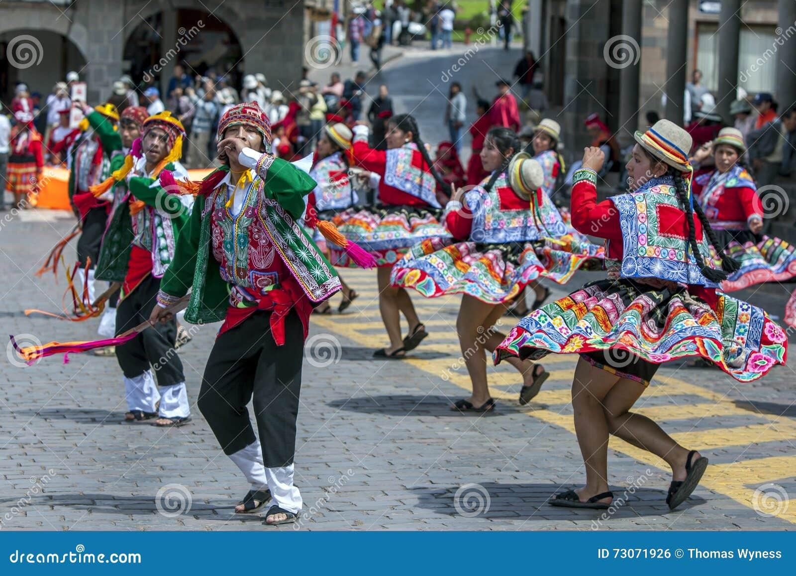De uitvoerders bij de Meidag paraderen in Cusco in Peru