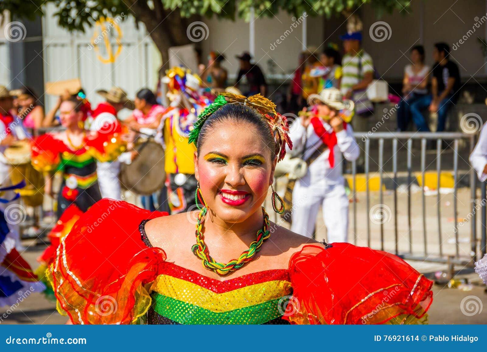 De uitvoerders met kleurrijke en gedetailleerde kostuums nemen aan C deel