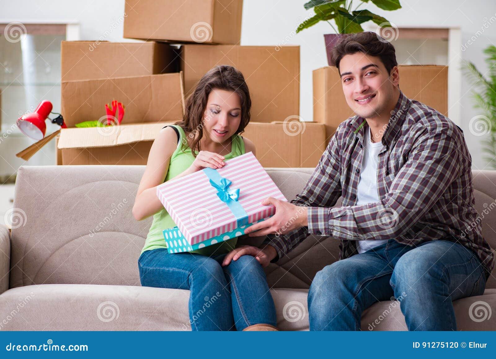 De unga paren av mannen och den gravida frun med giftbox