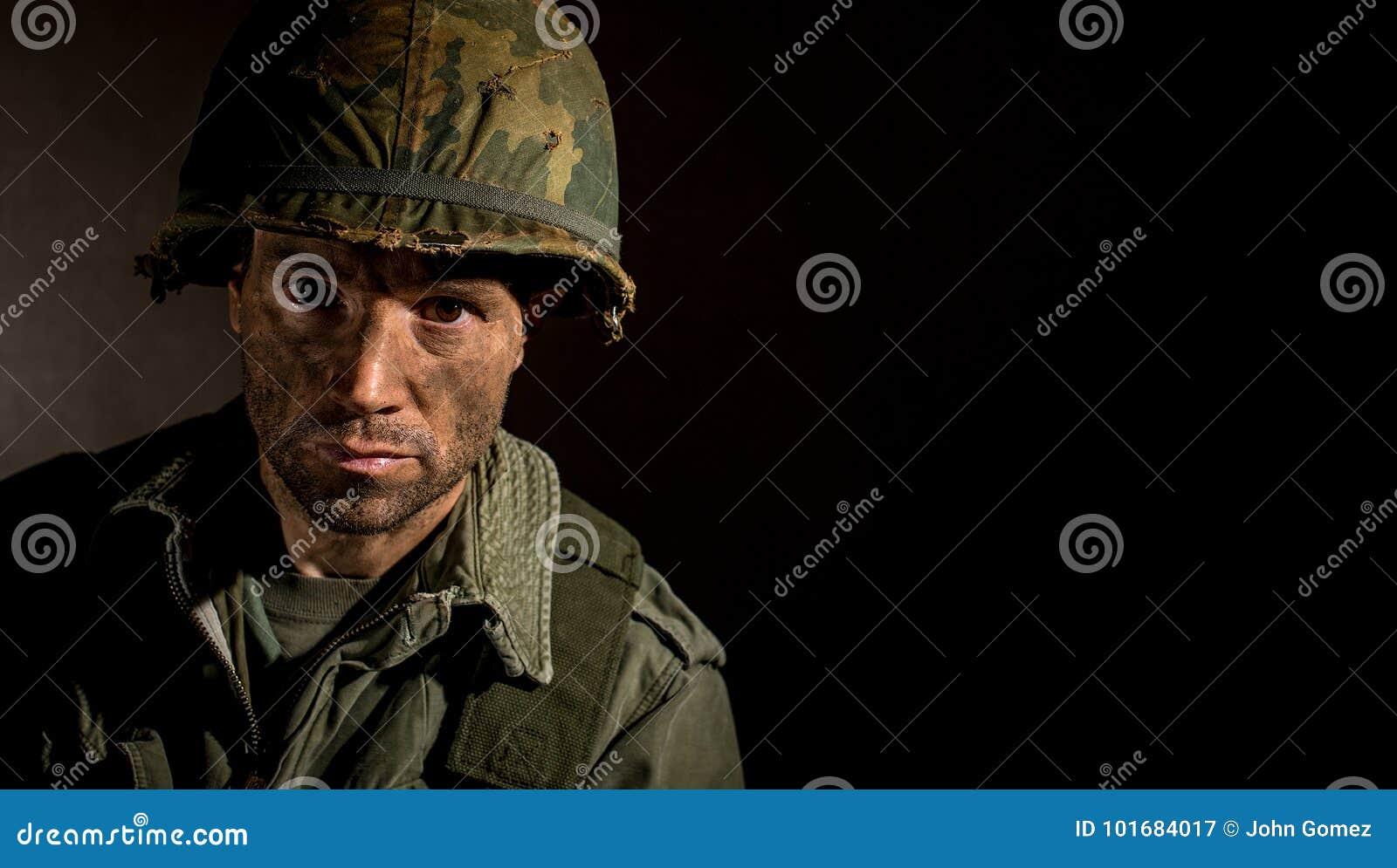 De V.S. Marine Vietnam War met gezicht in modder wordt behandeld die