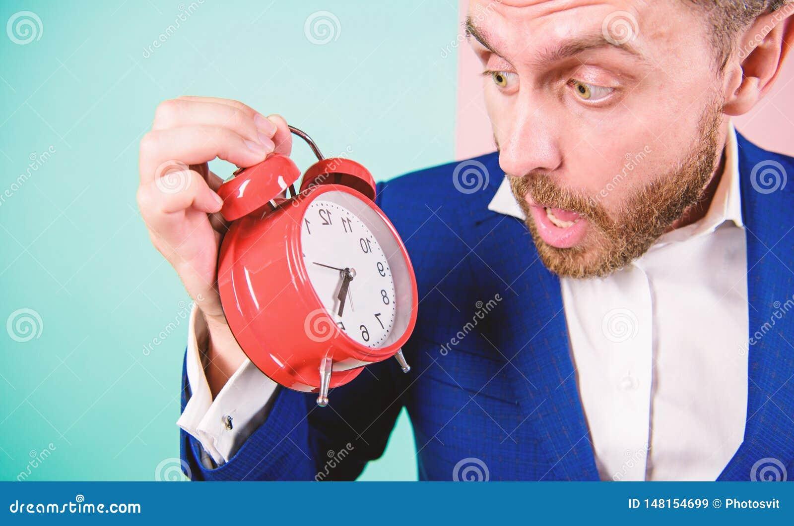 De vaardigheden van het tijdbeheer Hoeveel tijd tot uiterste termijn wegging Tijd te werken De greepklok van de mensen gebaarde v