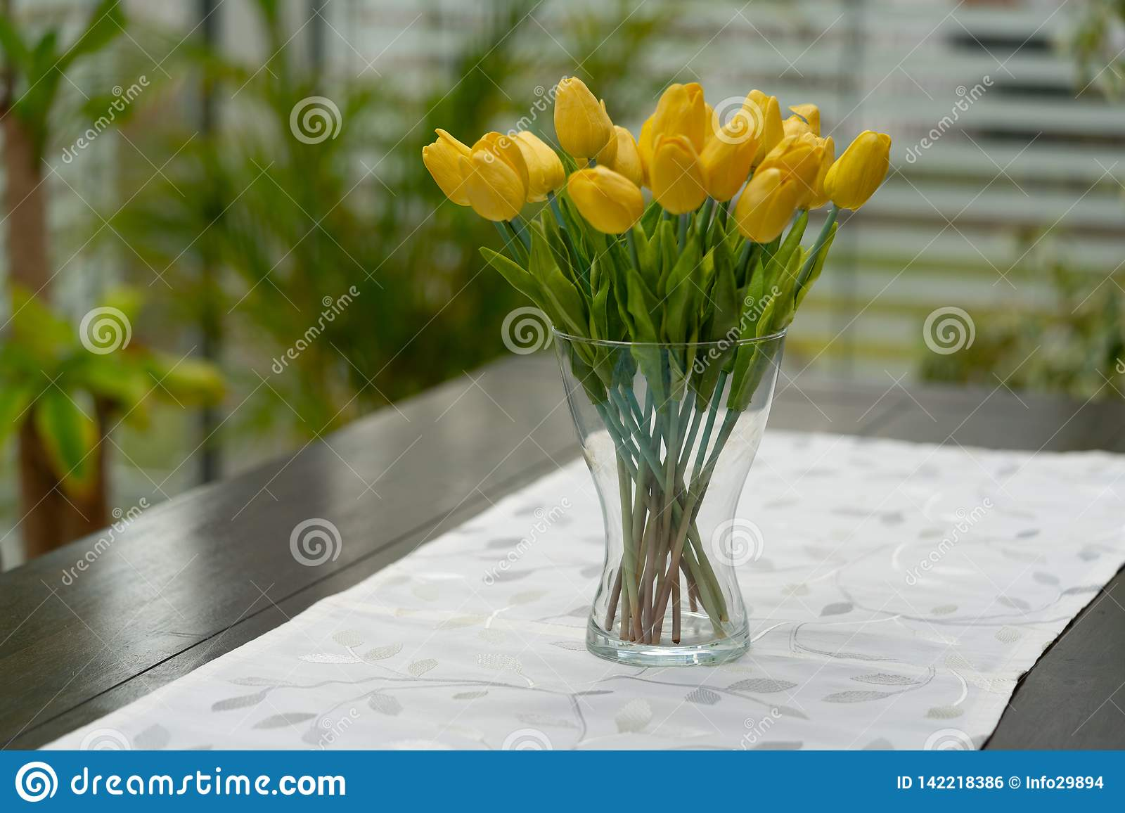 De vaas met gele tulpen is op de lijst