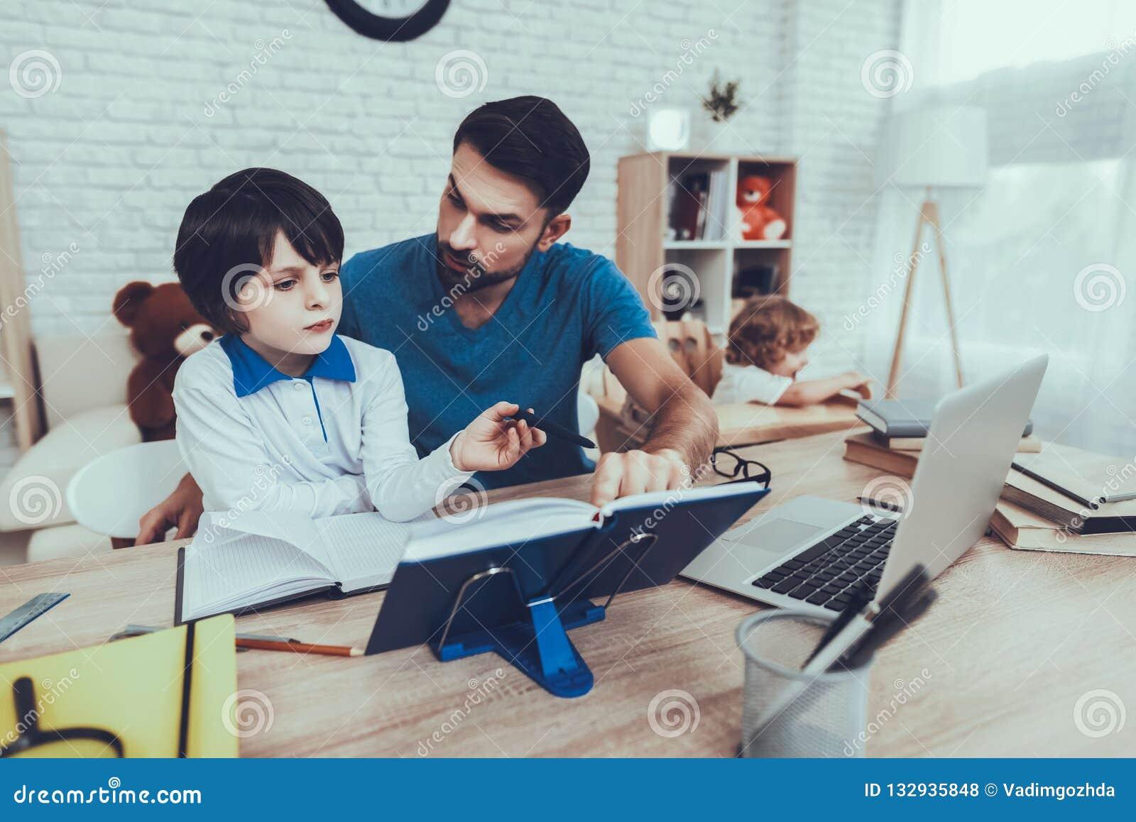 De vader doet een Thuiswerk met Zoon