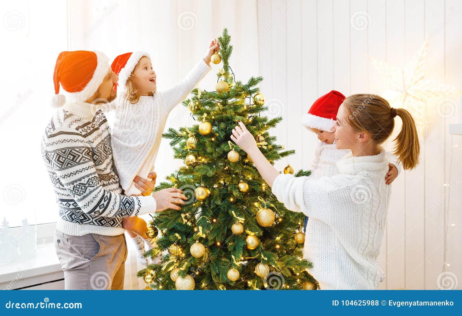 Download De Vader En De Kinderen Die Van De Familiemoeder Een Kerstboom Verfraaien Bij Stock Foto - Afbeelding bestaande uit gift, dochter: 104625988