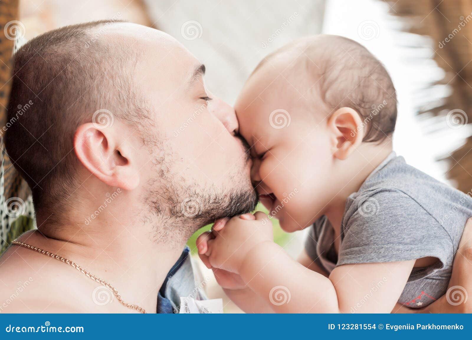 De vader en de zoon brengen samen tijd door Ouder-kind verhouding D